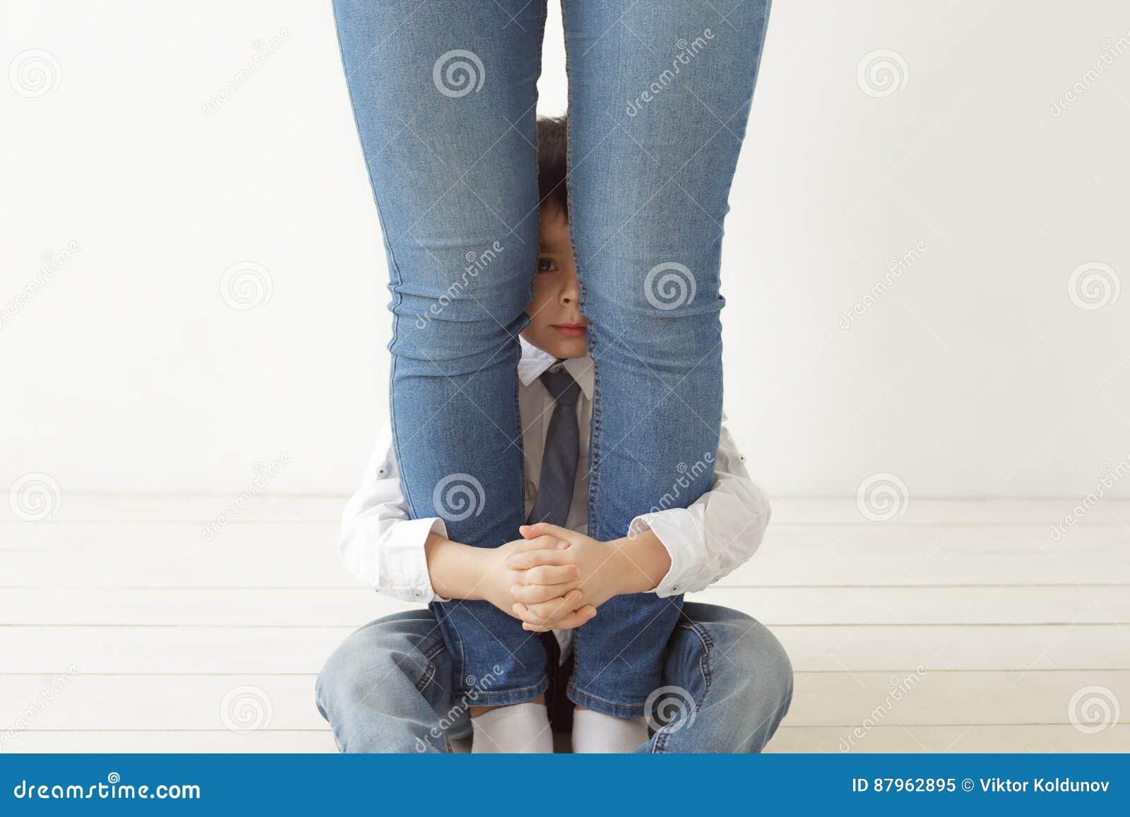 Difenda e tenga il bambino da difficoltà
