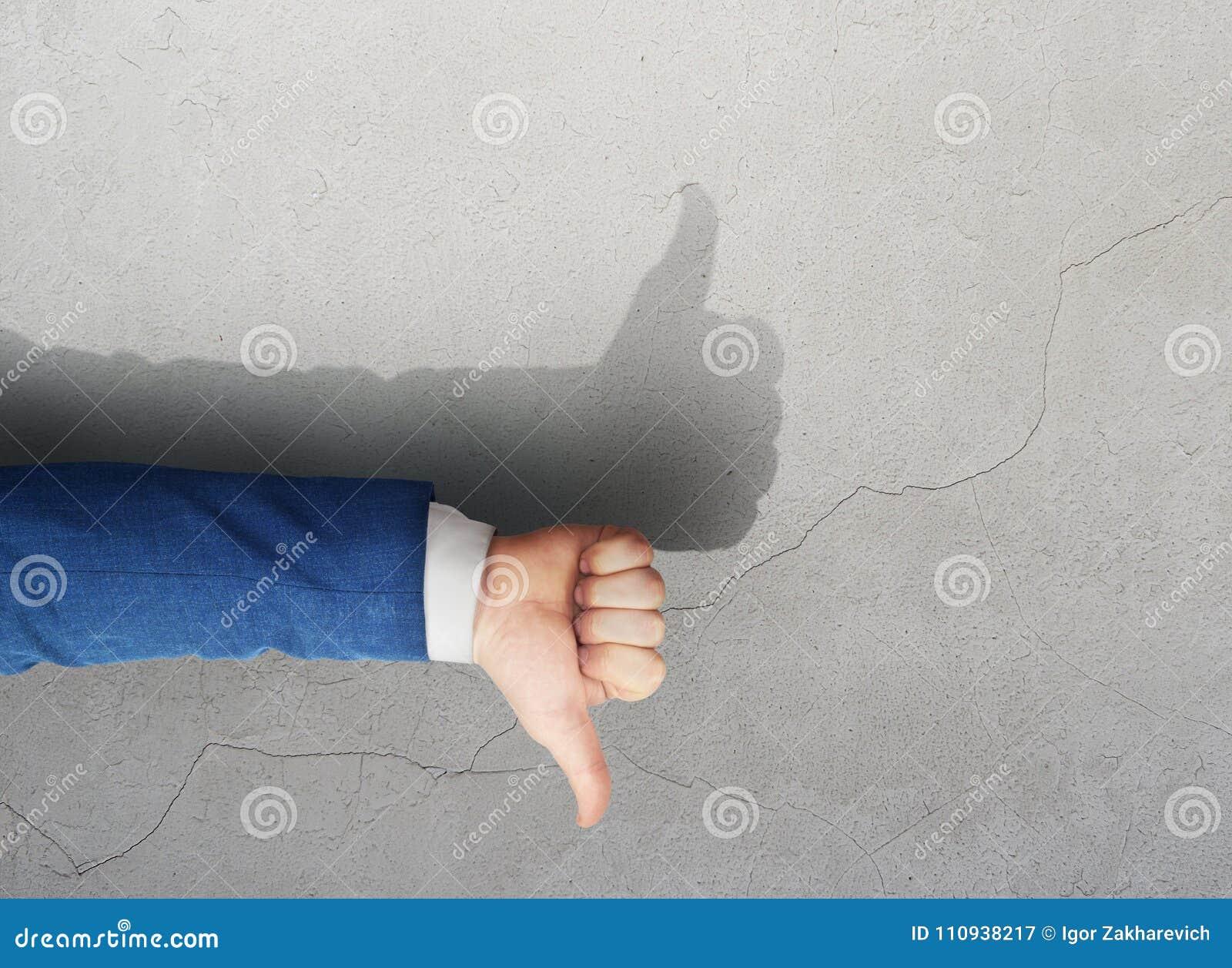 A diferencia de demostraciones de la mano del hombre como sombra de la mano Verdad las mentiras