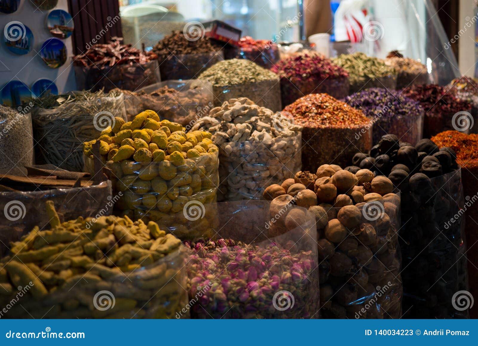 Différentes épices colorées dans des boîtes vendues au marché