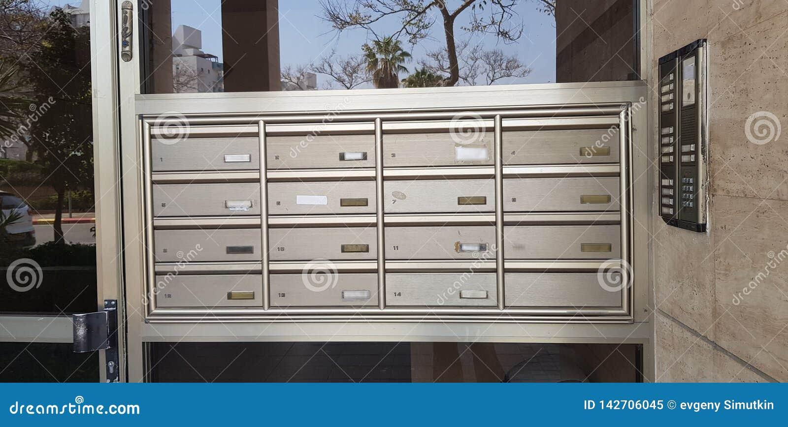Différentes boîtes de courrier en métal avec des nombres d appartement