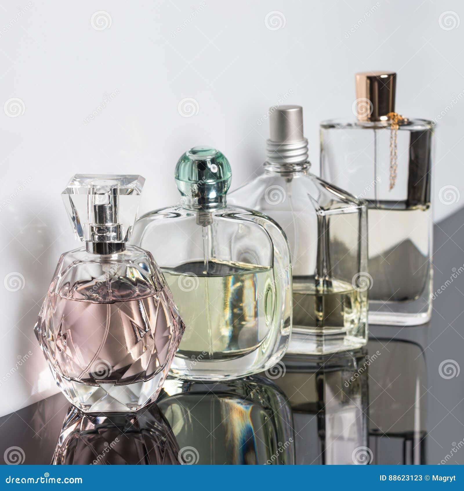 Différentes bouteilles de parfum avec des réflexions Parfumerie, cosmétiques
