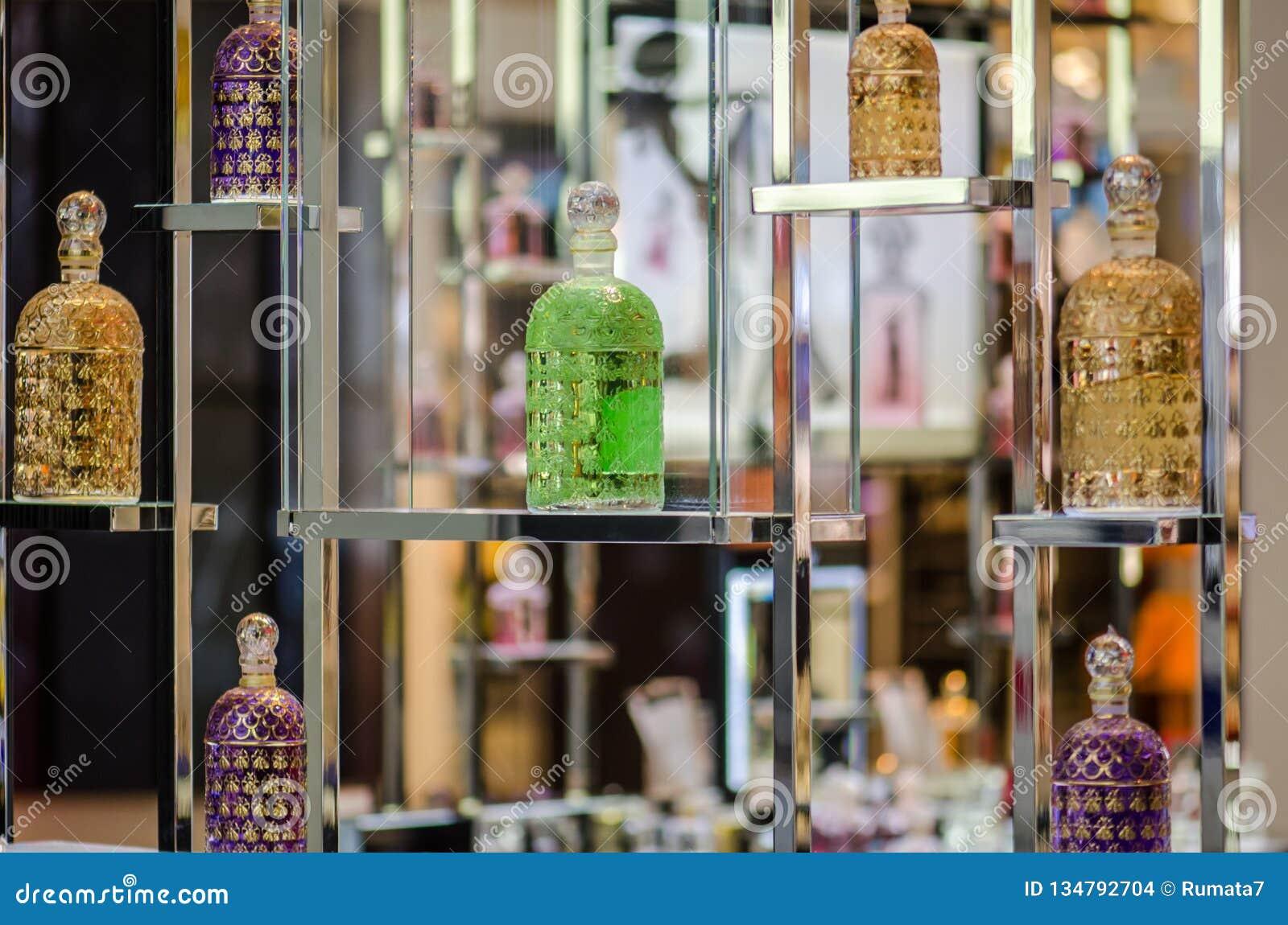 Différentes bouteilles de parfum colorées montrées au magasin de parfum
