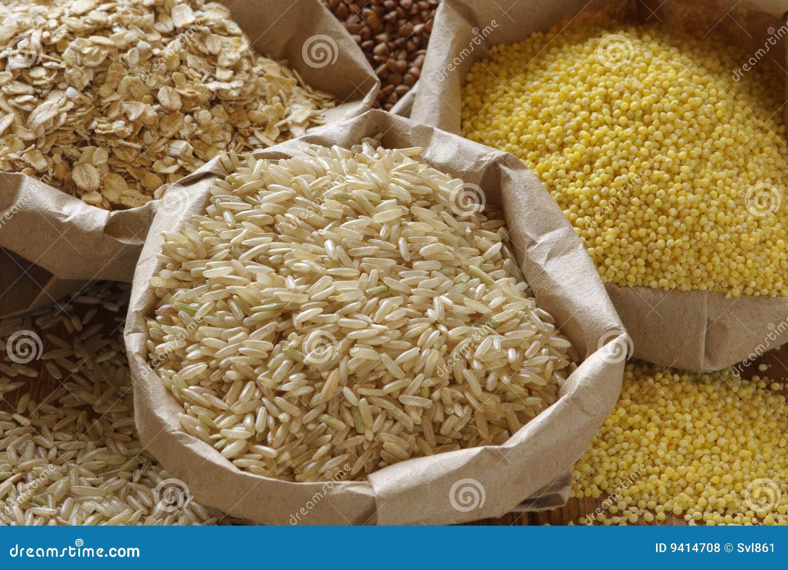 Différentes céréales dans les sacs