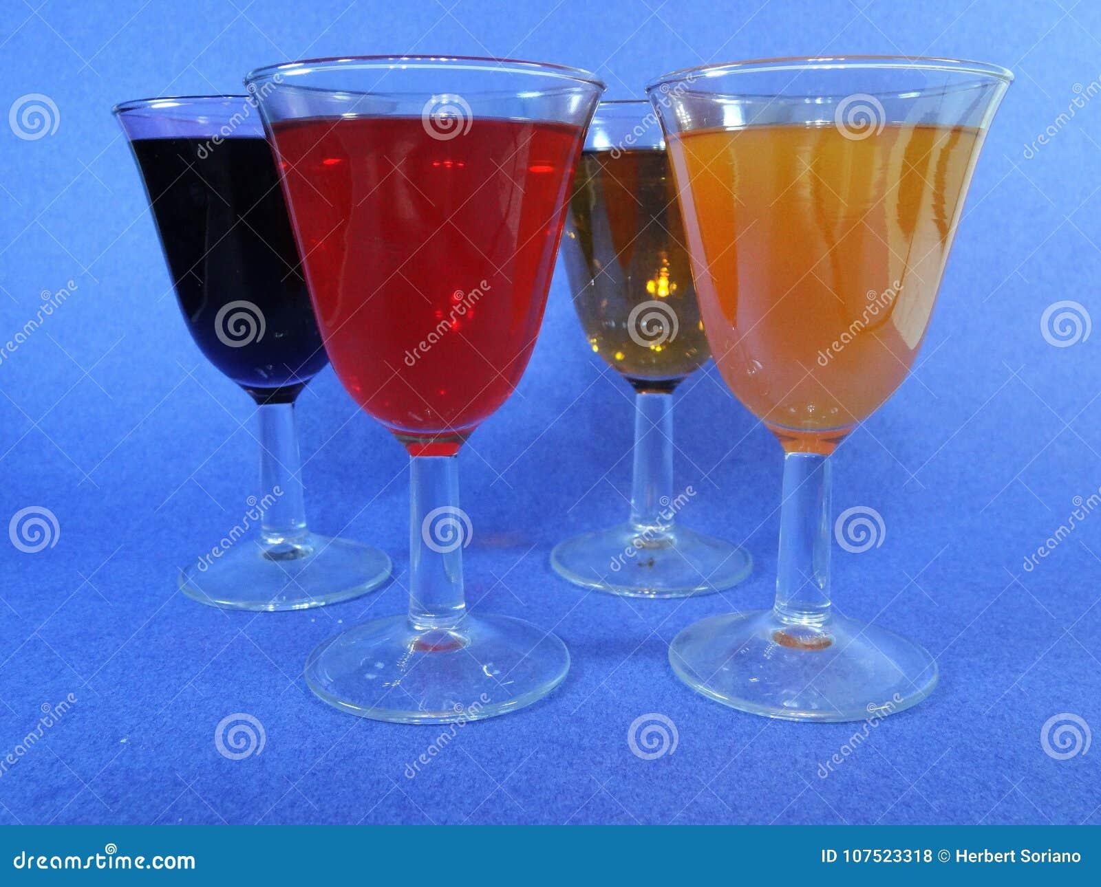 Différentes tasses avec des cocktails un fond bleu