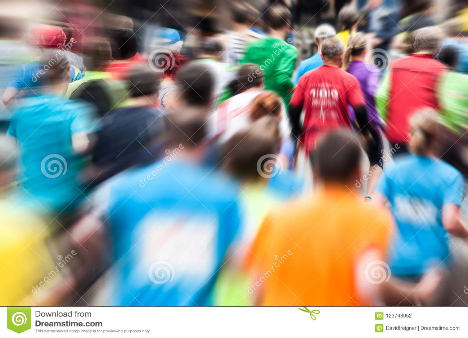 Différents coureurs au marathon par derrière