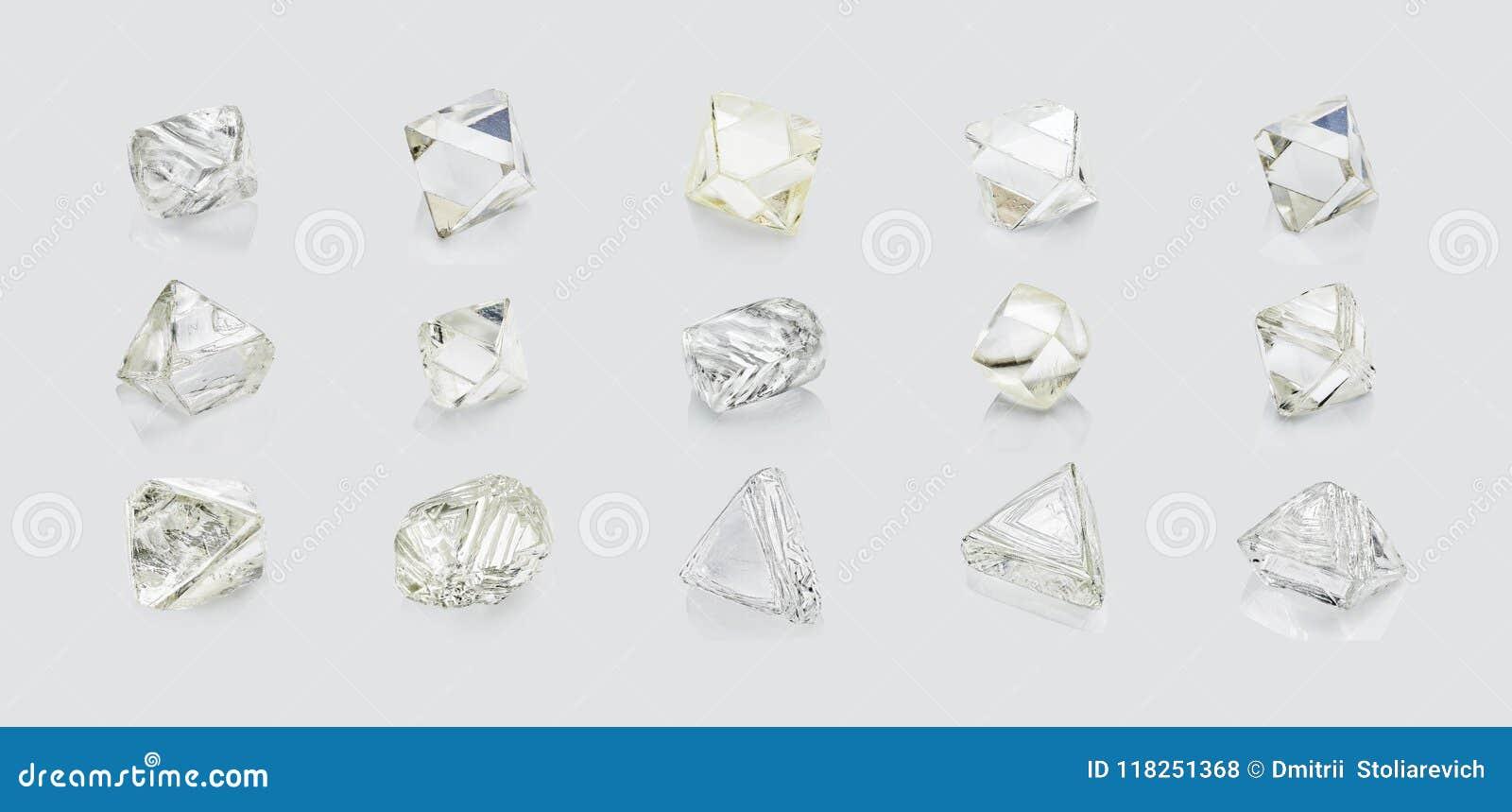 Différents diamants de formes d isolement sur le fond blanc