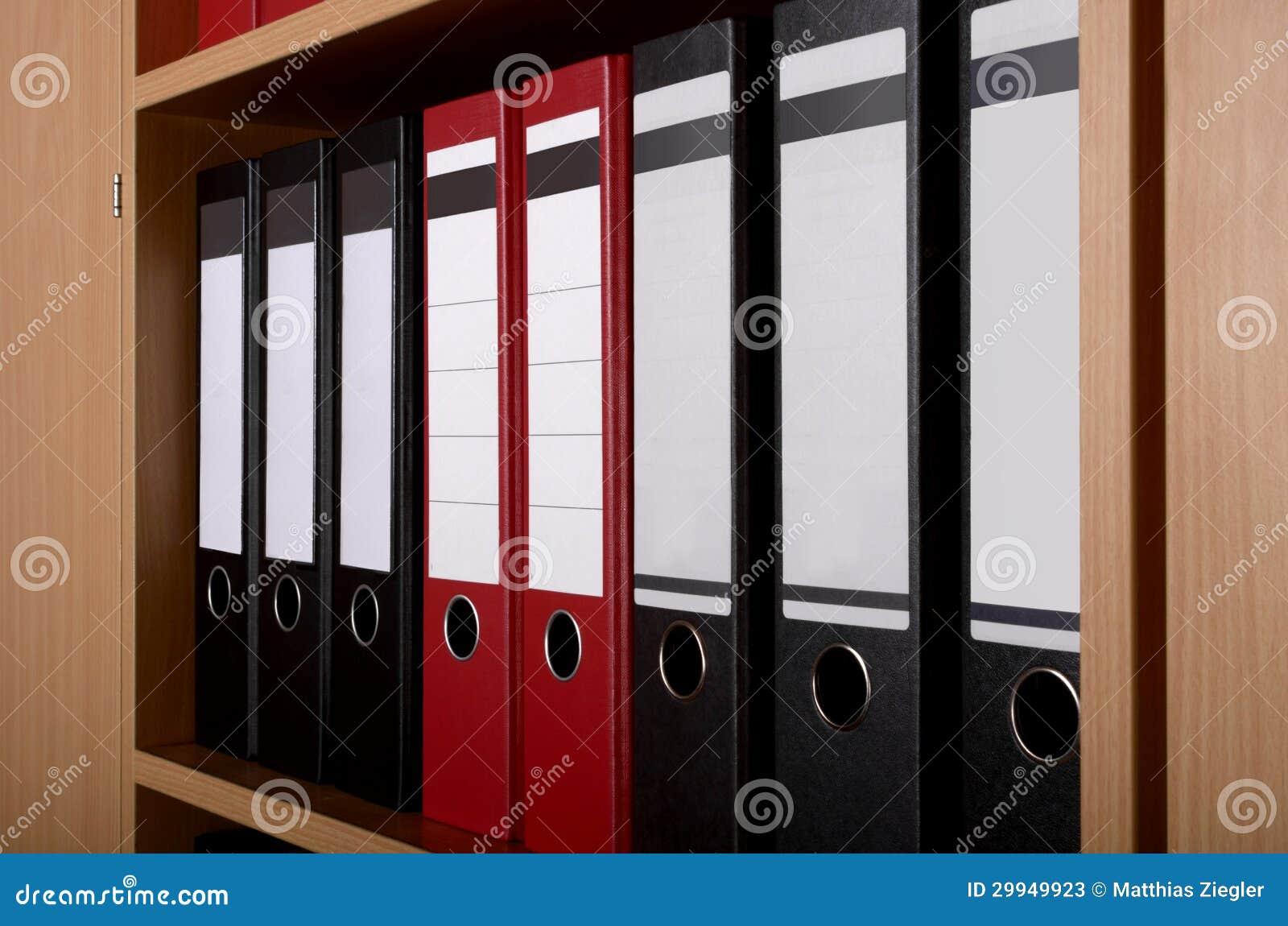 Dossiers dans le placard de bureau image stock image du noir