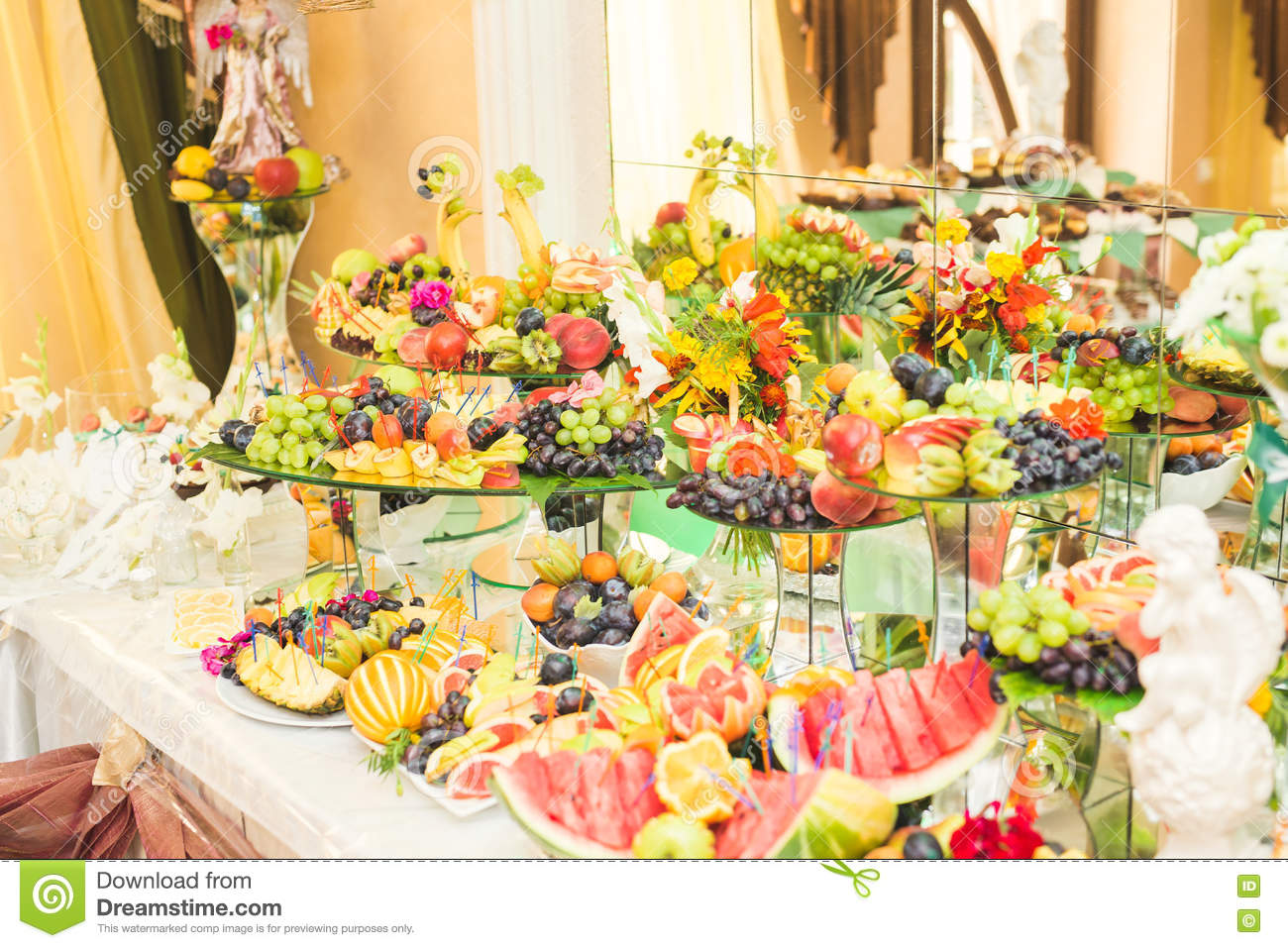 Diff rents fruits frais sur la table de buffet de mariage for La table de 9
