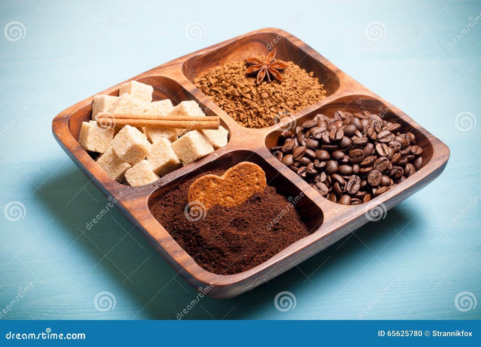 Différents genres de café de plat en bois sur la table bleue toned