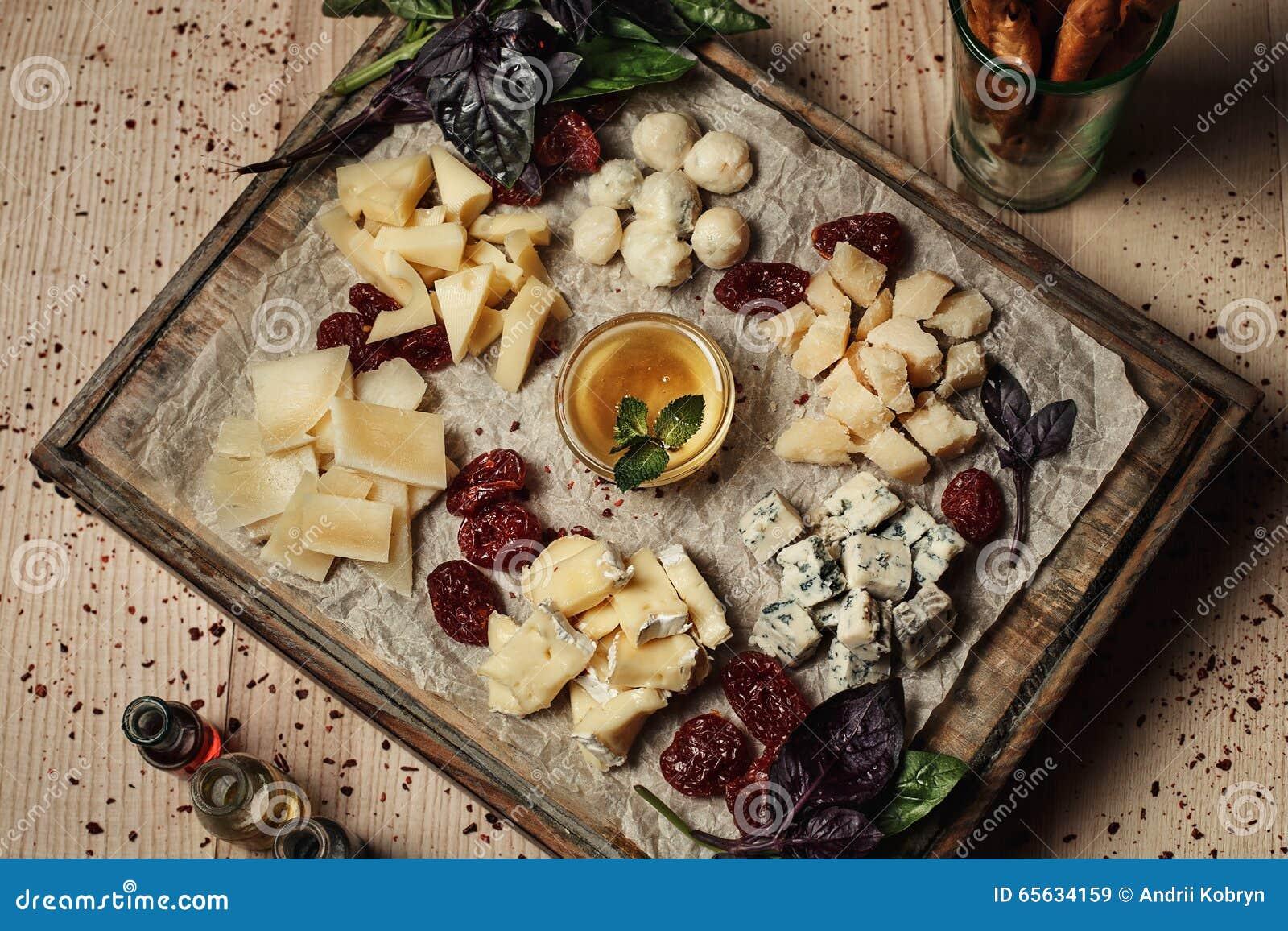 Différents genres de fromage d un plat en bois