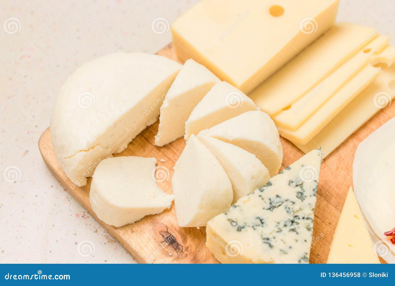 Différents genres de fromages, avec de la viande sèche