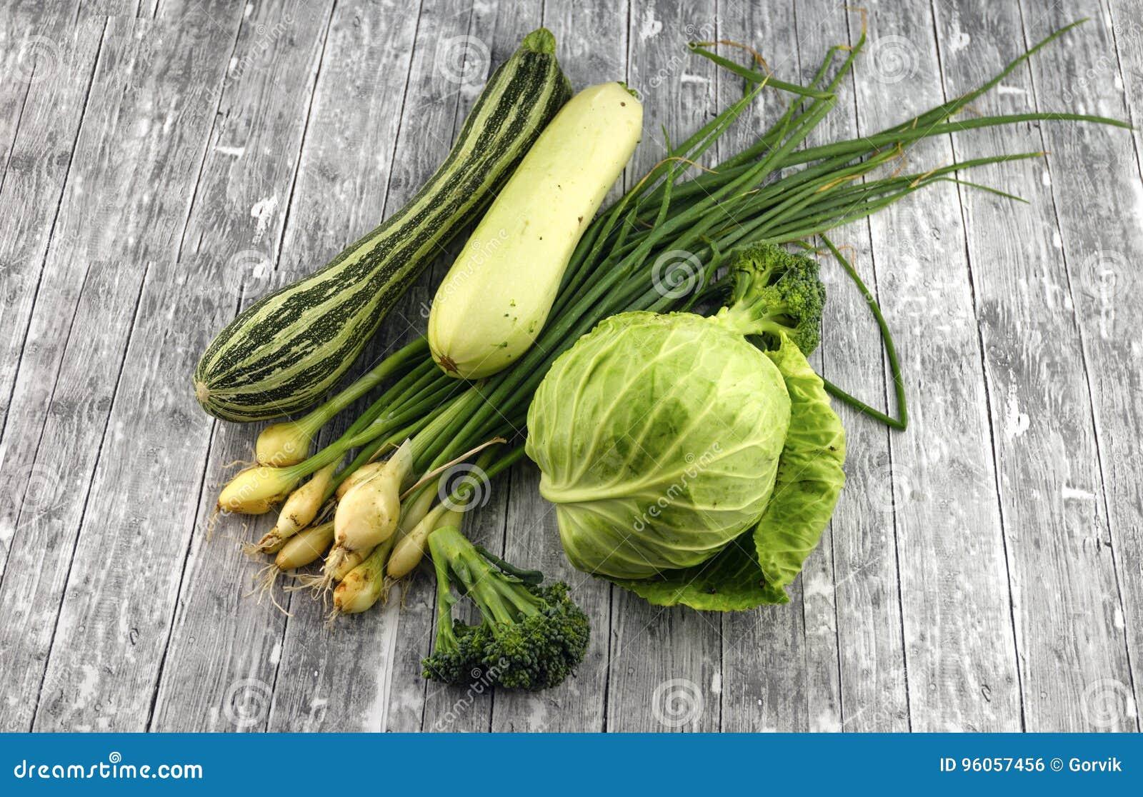 Différents légumes verts frais