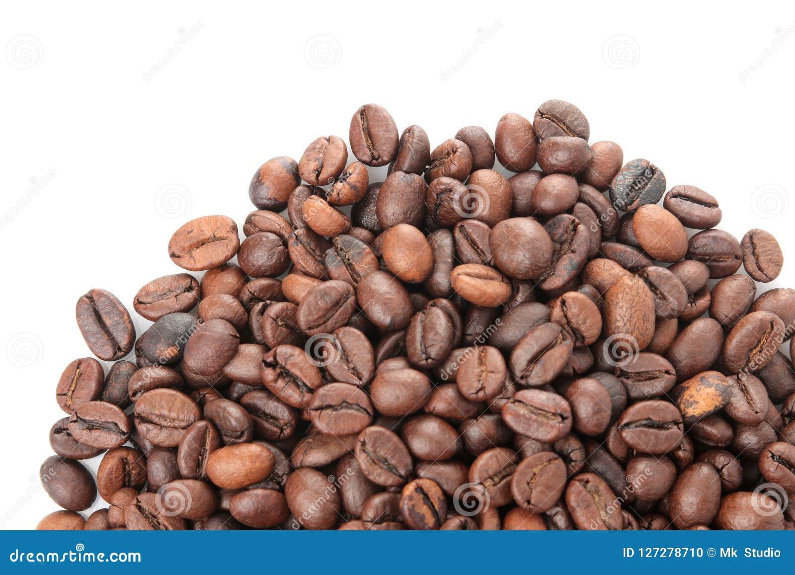 Différents types de grains de café Grains de café frits Grains de café sur le fond d isolement par blanc