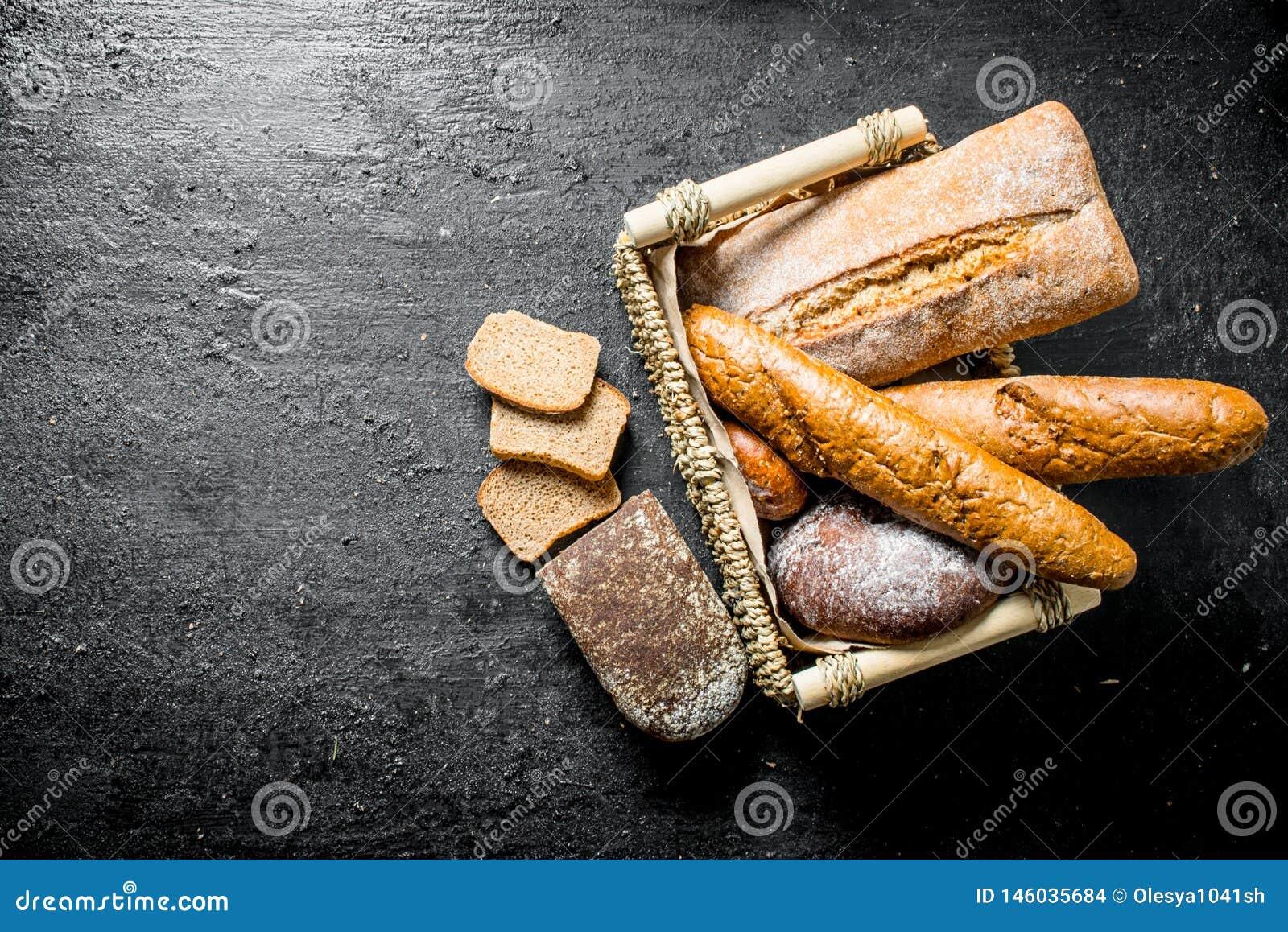 Diff?rents types de pain dans le panier