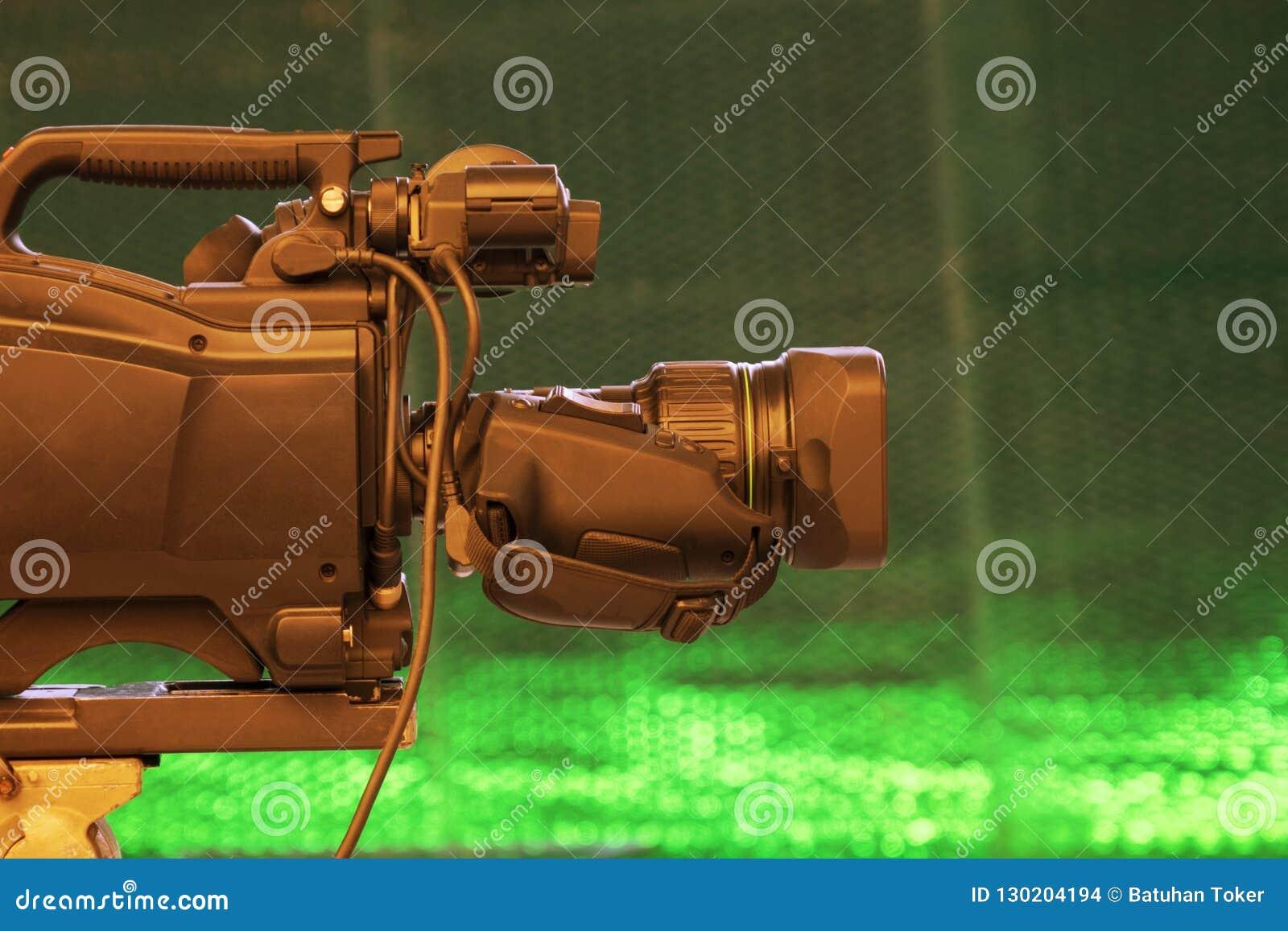 Difunda la parte posterior de la videocámara de la cámara de vídeo en la show televisivo del estudio Difusión, productores