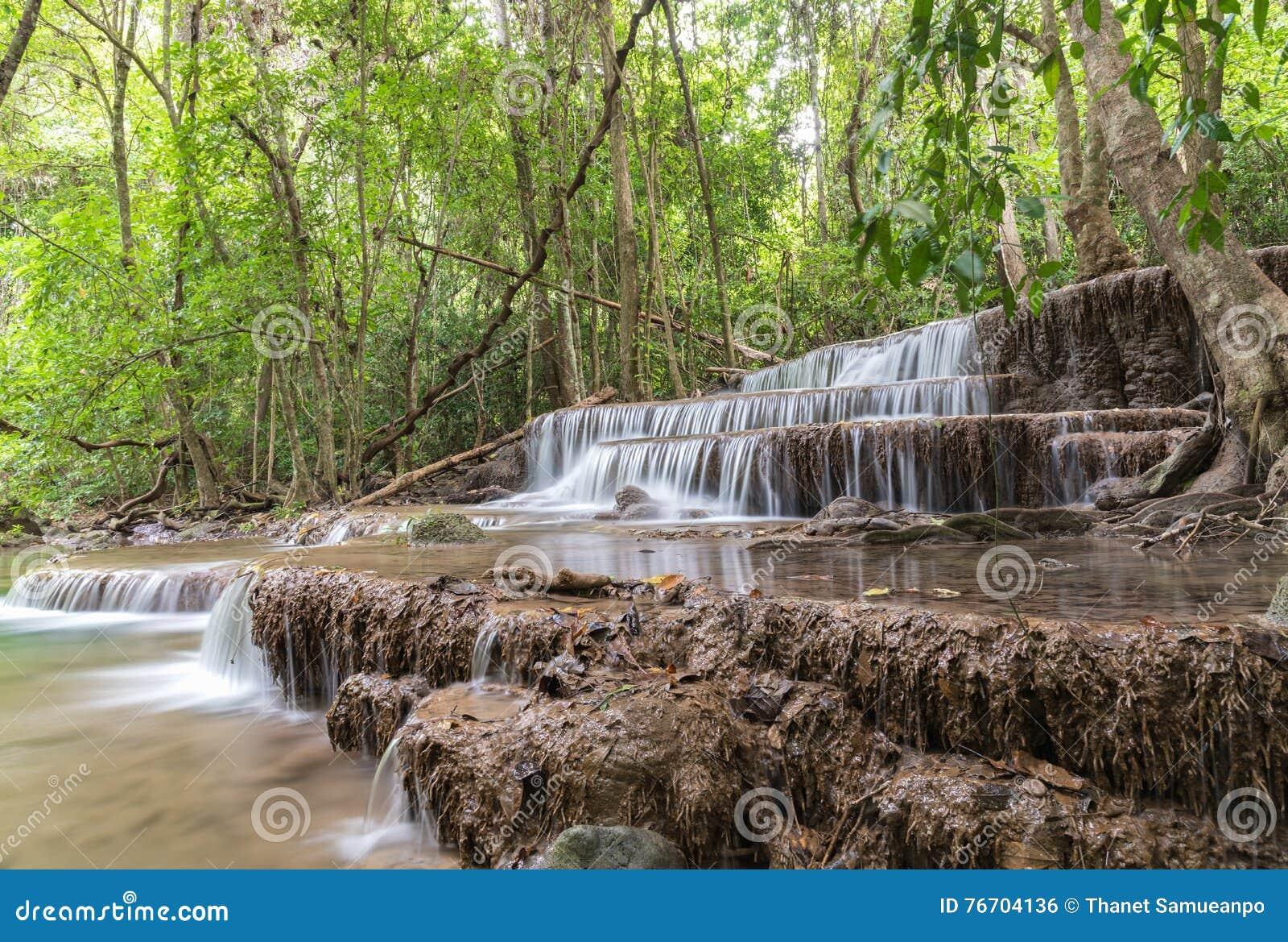 Diga di Srinakarin della cascata di Huai Mae Kamin in Kanchanaburi