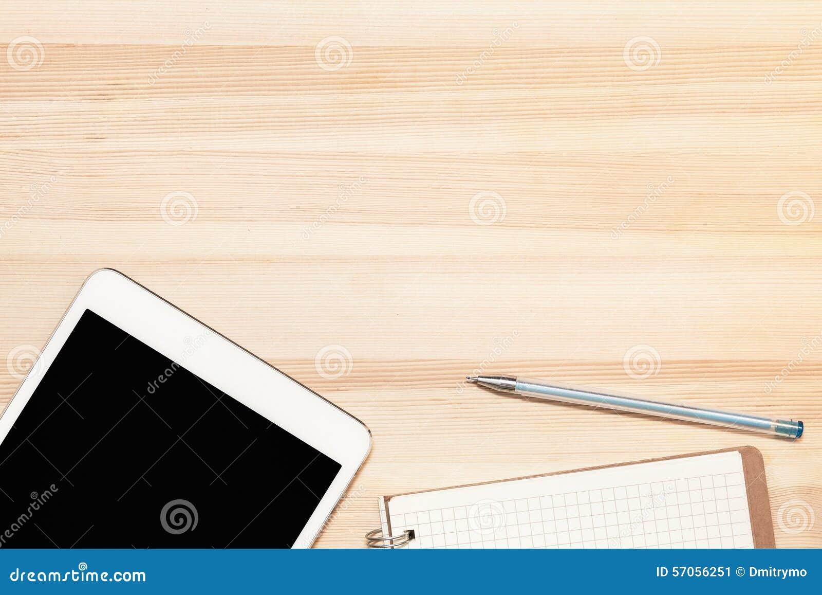 Digitaal tablet en document op houten lijst