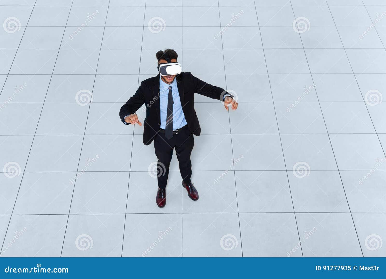 Digital för affärsmankläder exponeringsglas, sikt för bästa vinkel för affärsmanHold Hand Virtual verklighet