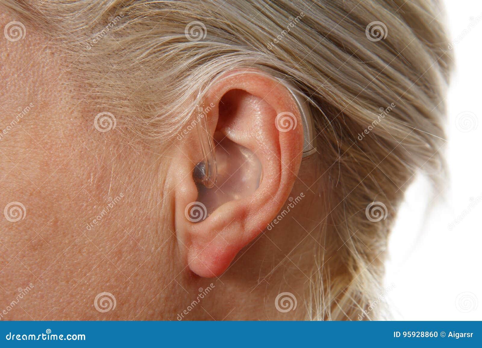 Digital-Hörgerät in Frau ` s Ohr