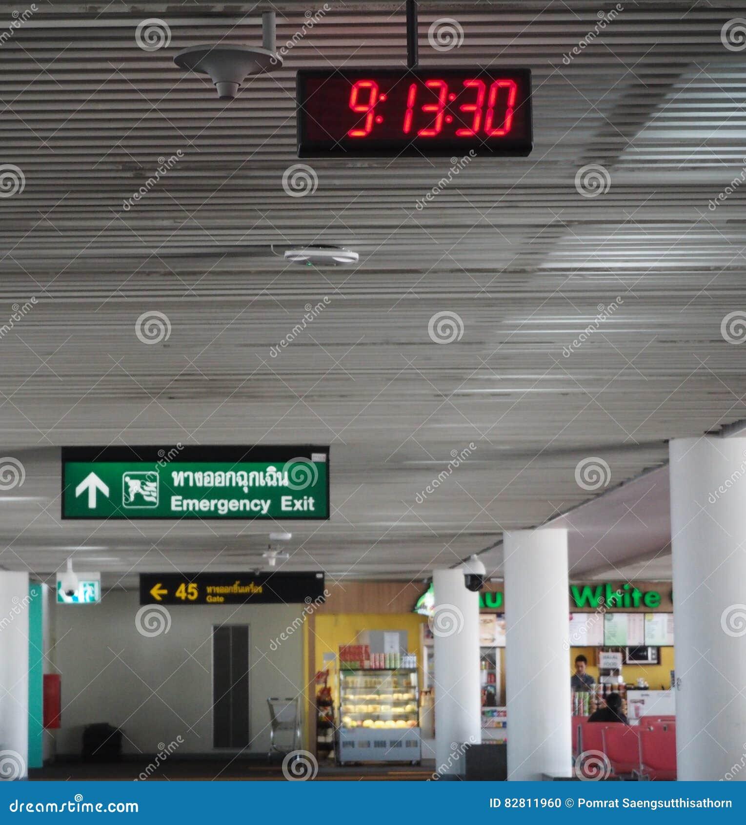 Digital klocka på den Don Mueang flygplatsen i Thailand