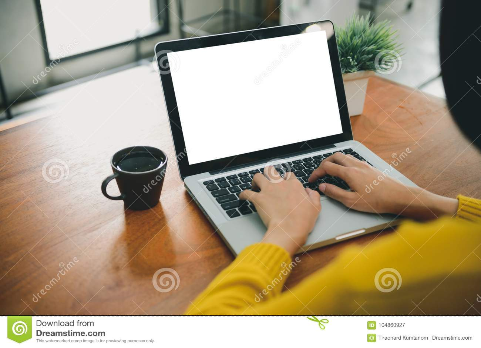 Digital livsstil som arbetar utanför kontor Kvinnan räcker maskinskrivningbärbar datordatoren med den tomma skärmen på tabellen i