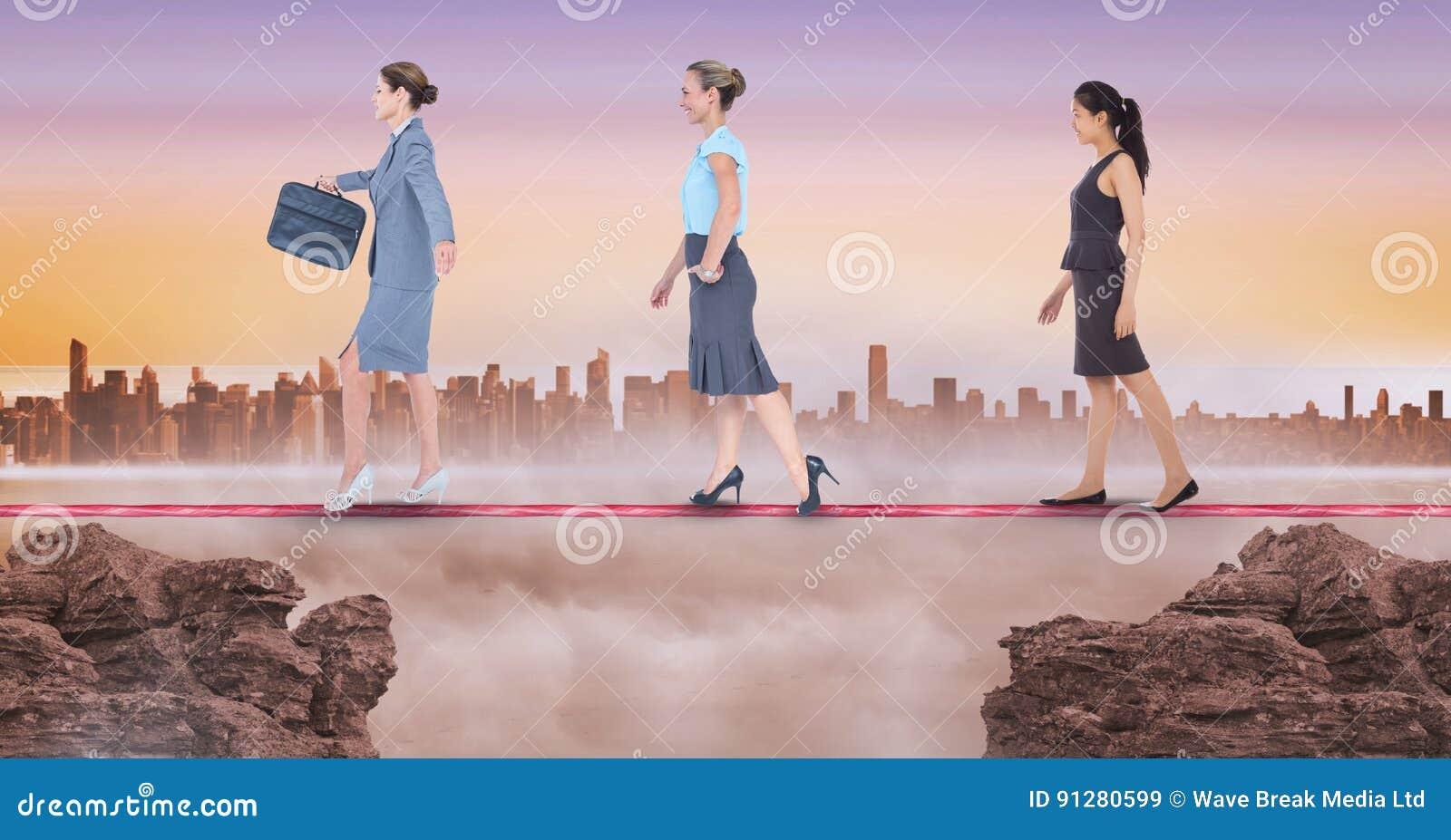 Digital sammansatt bild av affärskvinnor som går på rep under solnedgång