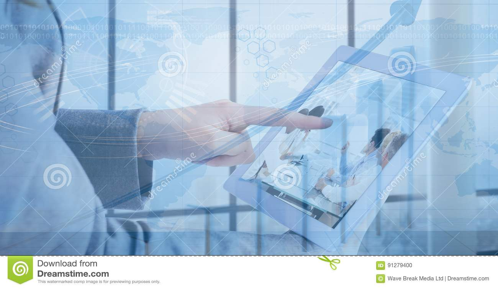 Digital sammansatt bild av för minnestavla` s för affärskvinna den rörande digitala skärmen