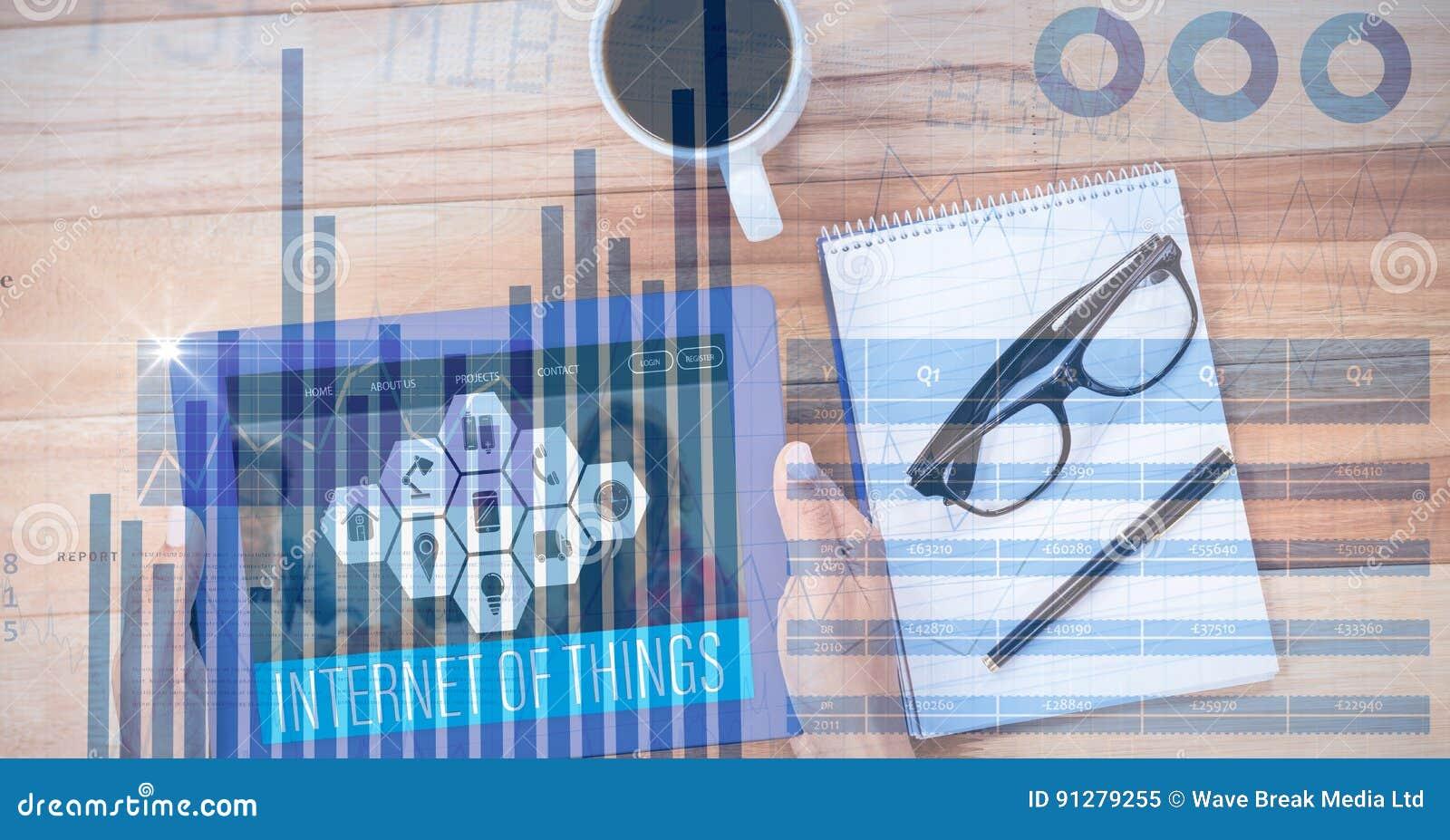 Digital sammansatt bild av händer genom att använda den digitala minnestavlan vid bok- och kaffekoppen