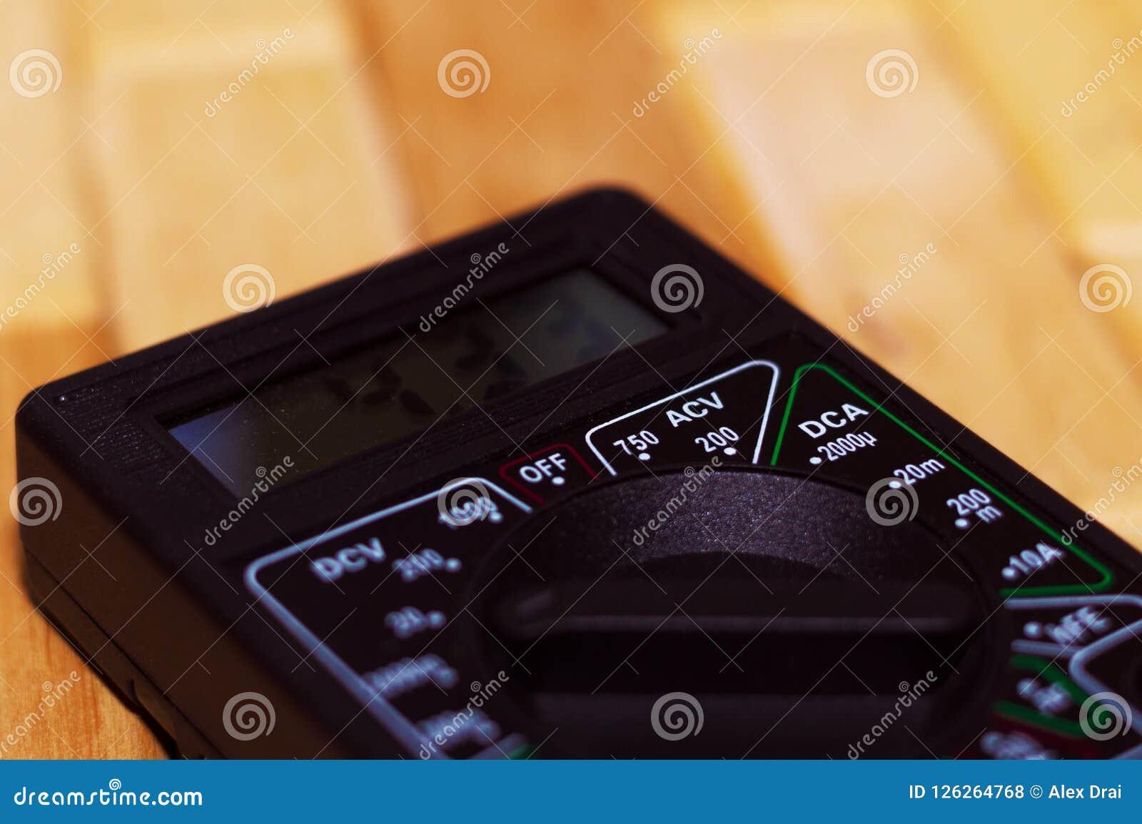Digital som mäter multimeteren på trägolv Det visar 4 33V eller fullständigt laddat batteri Inkluderar voltmetern, ampermeteren,