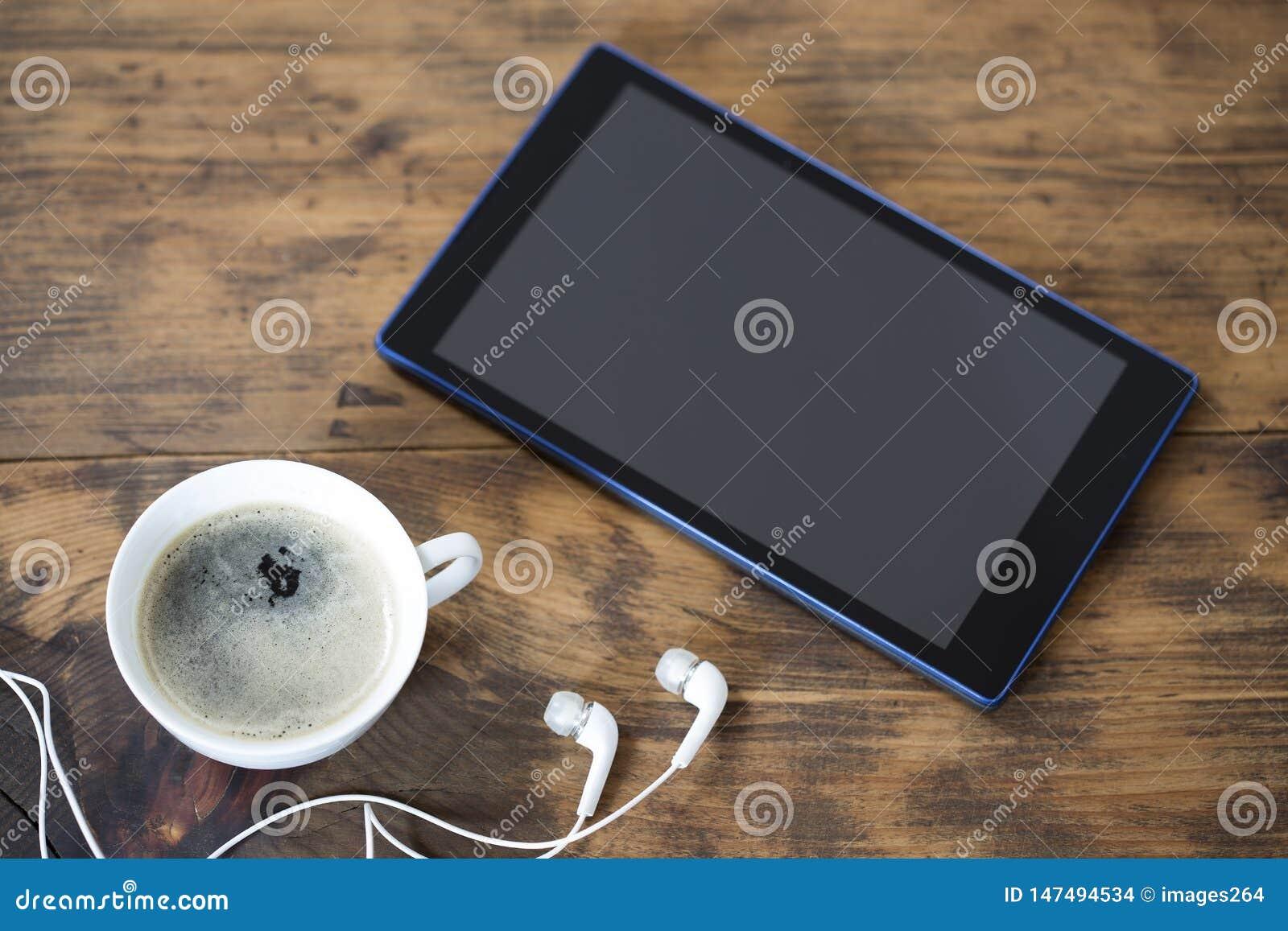 Digital-Tablette und ein Tasse Kaffee