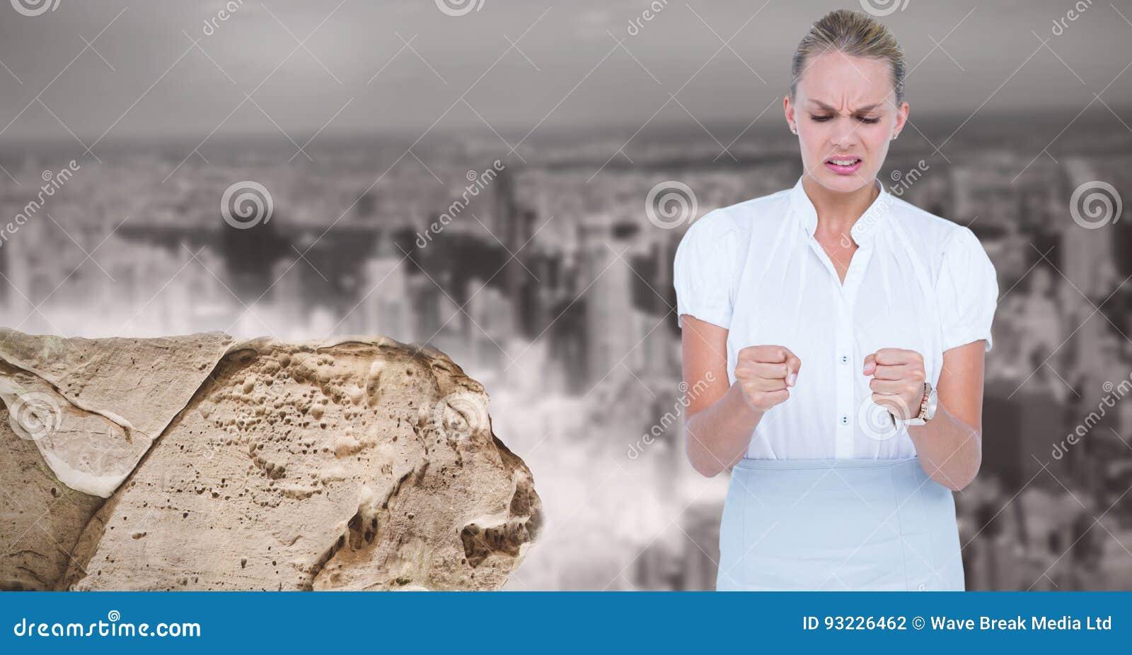 Digitalbild des bereitstehenden Felsens der verärgerten Geschäftsfrau gegen Stadt