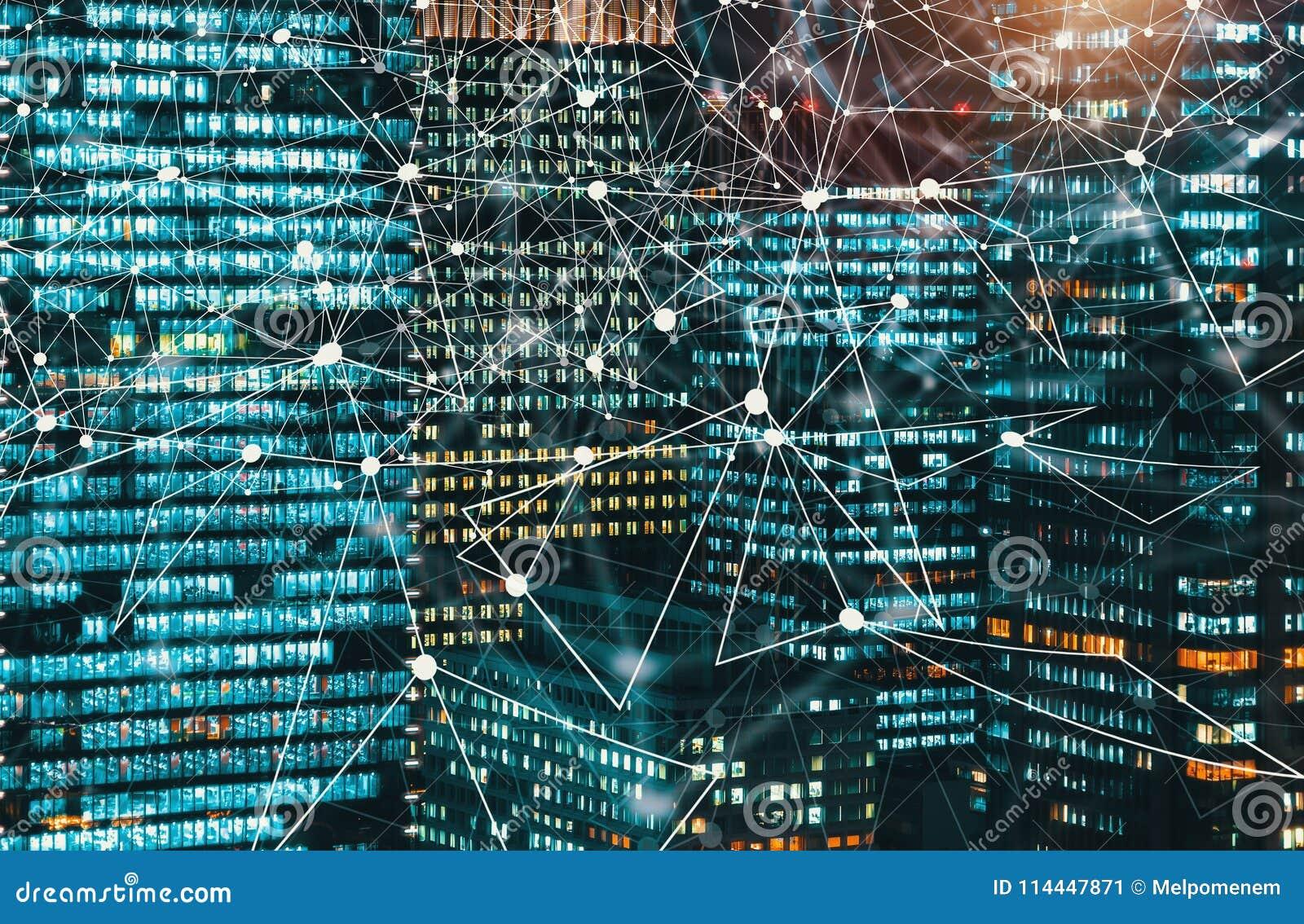 Digitale die Technologie-Cirkel met wolkenkrabbers bij nacht worden verlicht