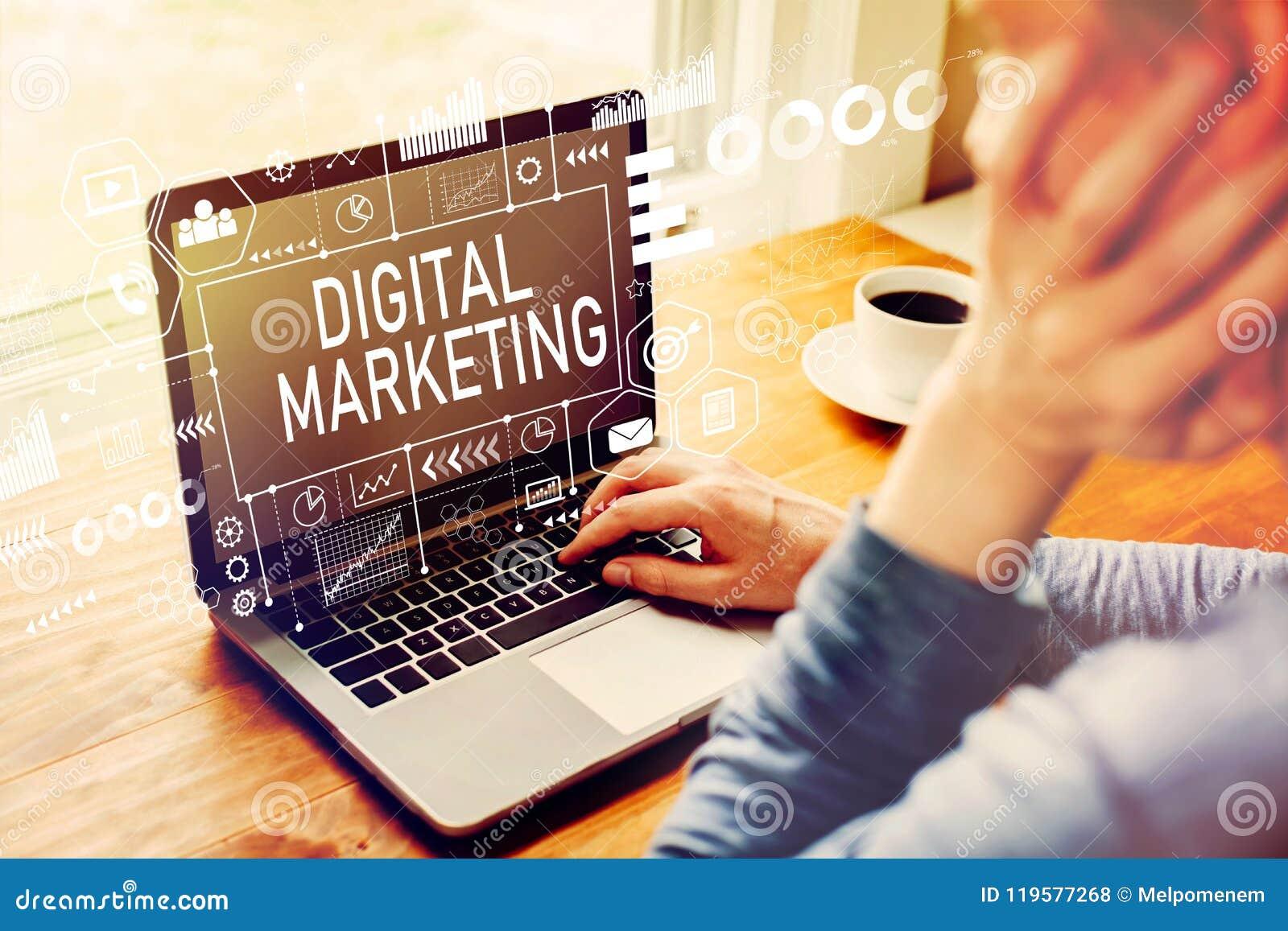 Digitale Marketing met de mens die laptop met behulp van