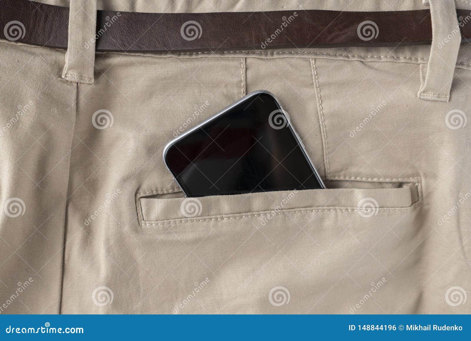 Digitale spartphone in personen hijgt of jeans achterzak, moderne mededeling en Internet-verbindingen