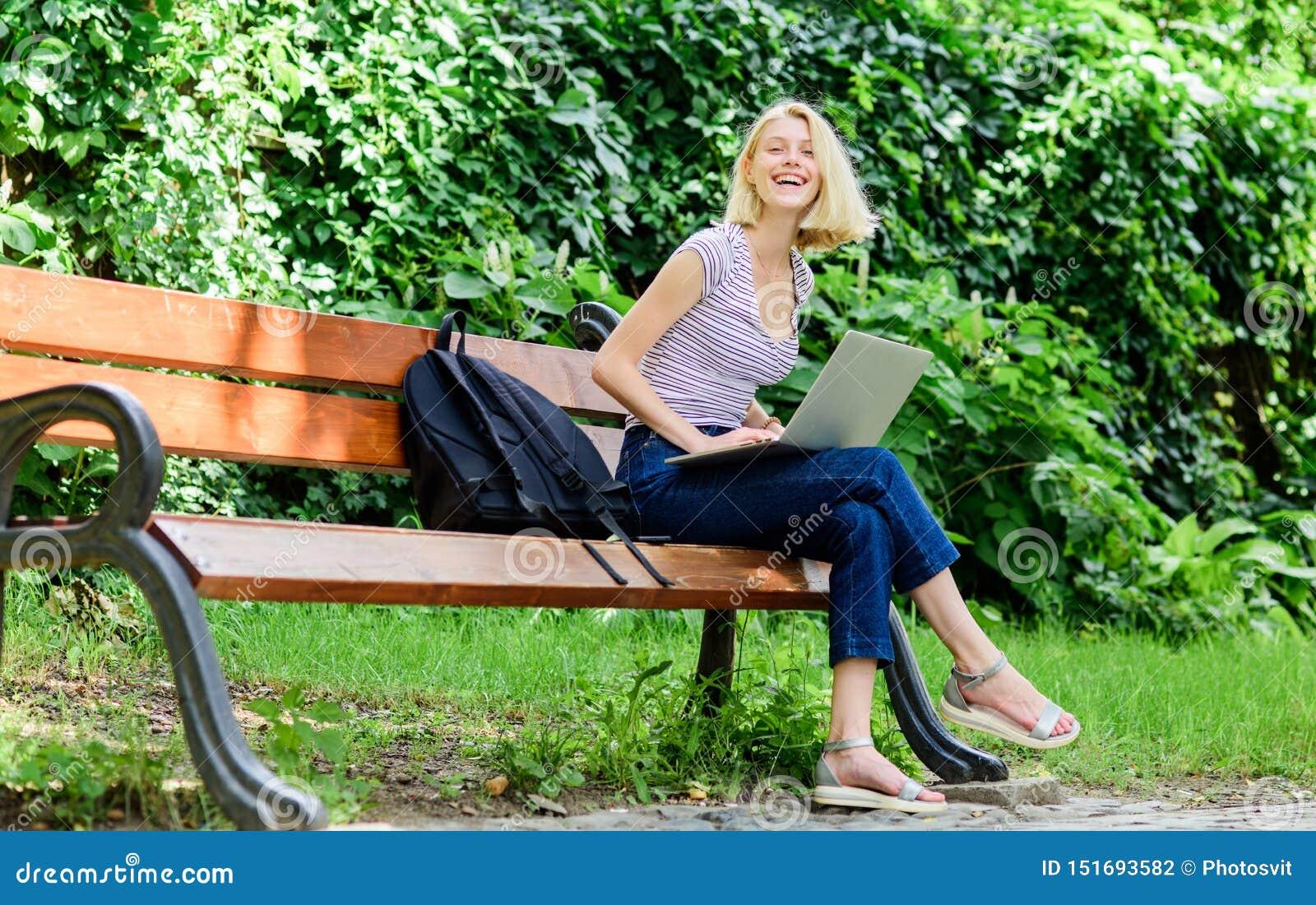 Digitale Wereld het gelukkige vrouwenwerk aangaande laptop Bedrijfs mededeling koffiepauze bij bedrijfslunch Moderne bedrijfsvrou