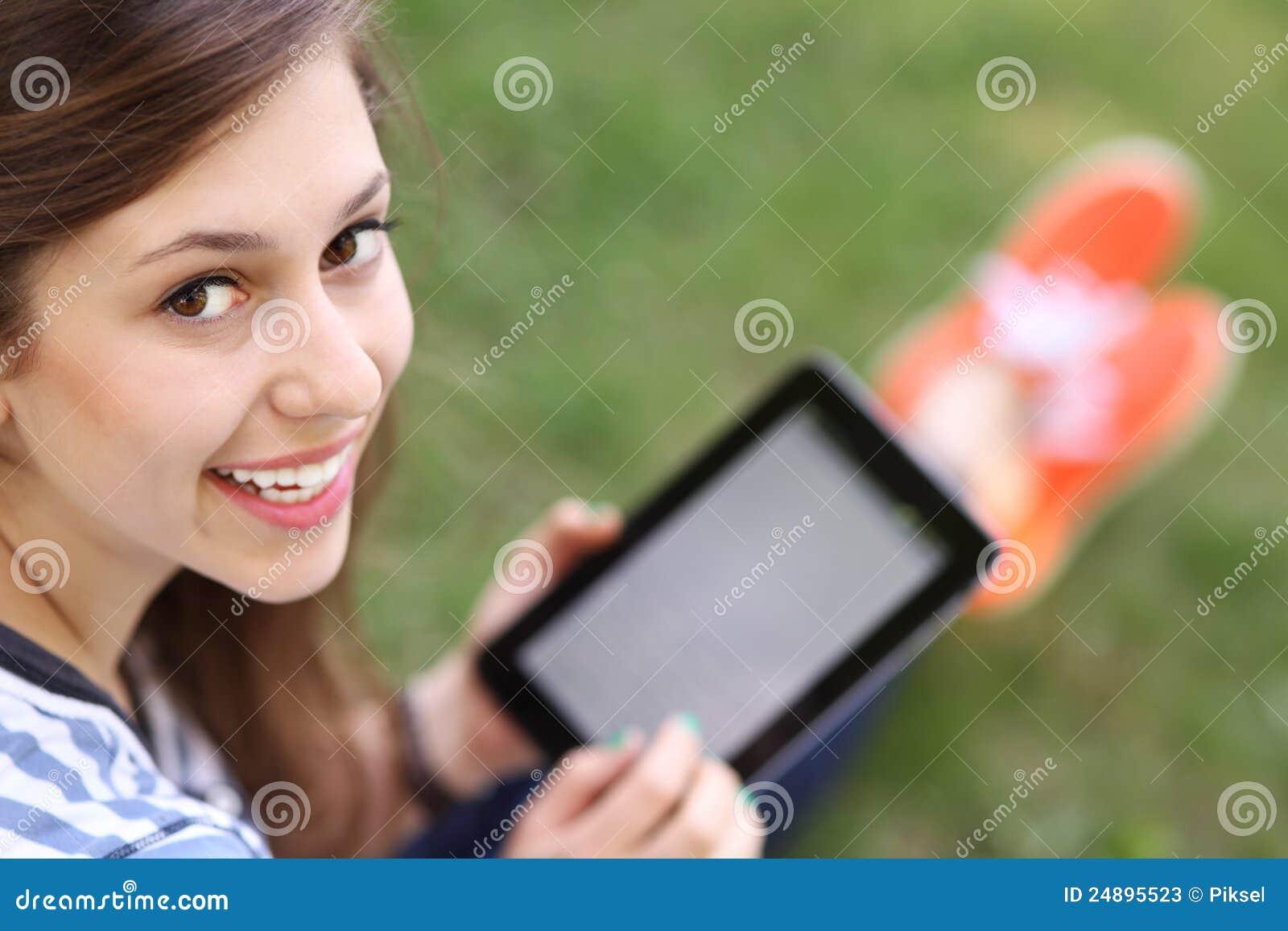 Digitalt använda för kvinnligtablettonåring