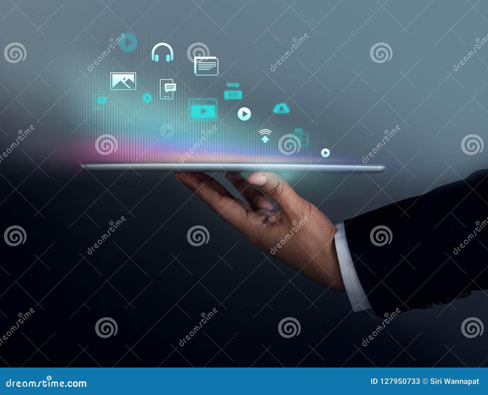 Digitalt innehåll som marknadsför begrepp Affärsman Holding Tablet t