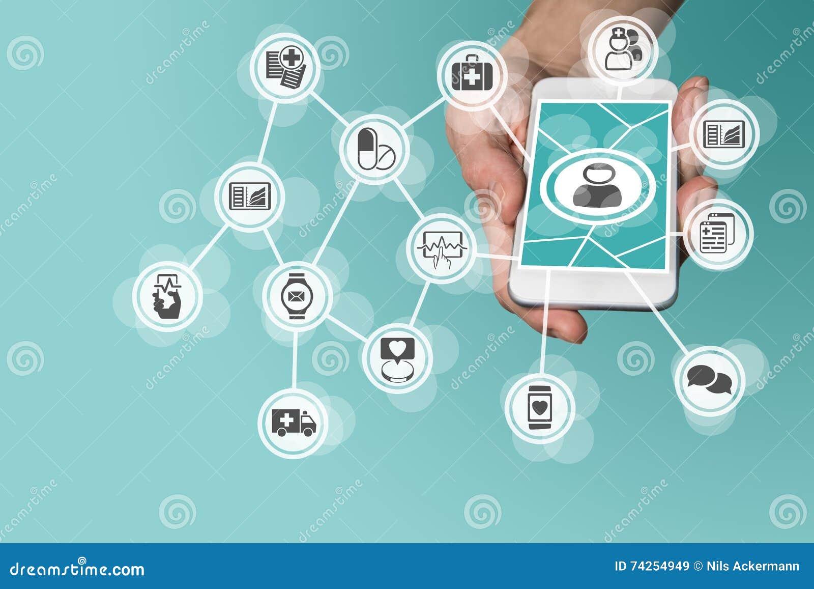 Digitas e conceito móvel dos cuidados médicos com a mão que guarda o telefone esperto