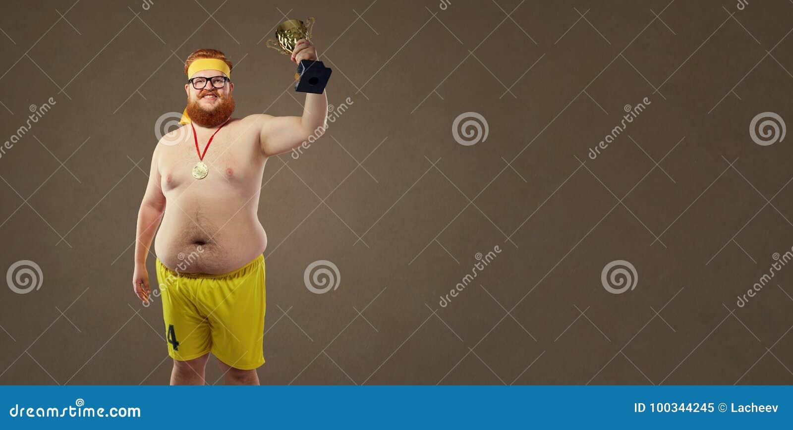 Dikke grappige mens met een kampioenschapskop in zijn handen