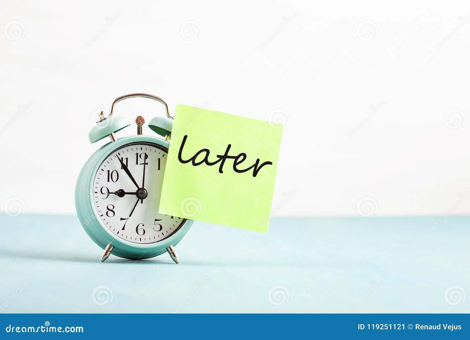 Dilación, concepto del retraso Gestión de mal momento Palabra sticked más adelante al despertador
