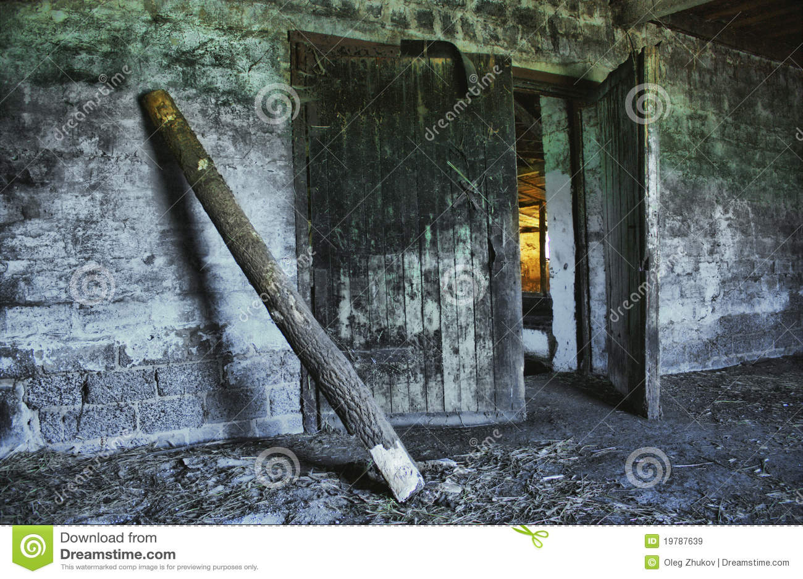 Dilapidated gammal jordbruks- byggnad