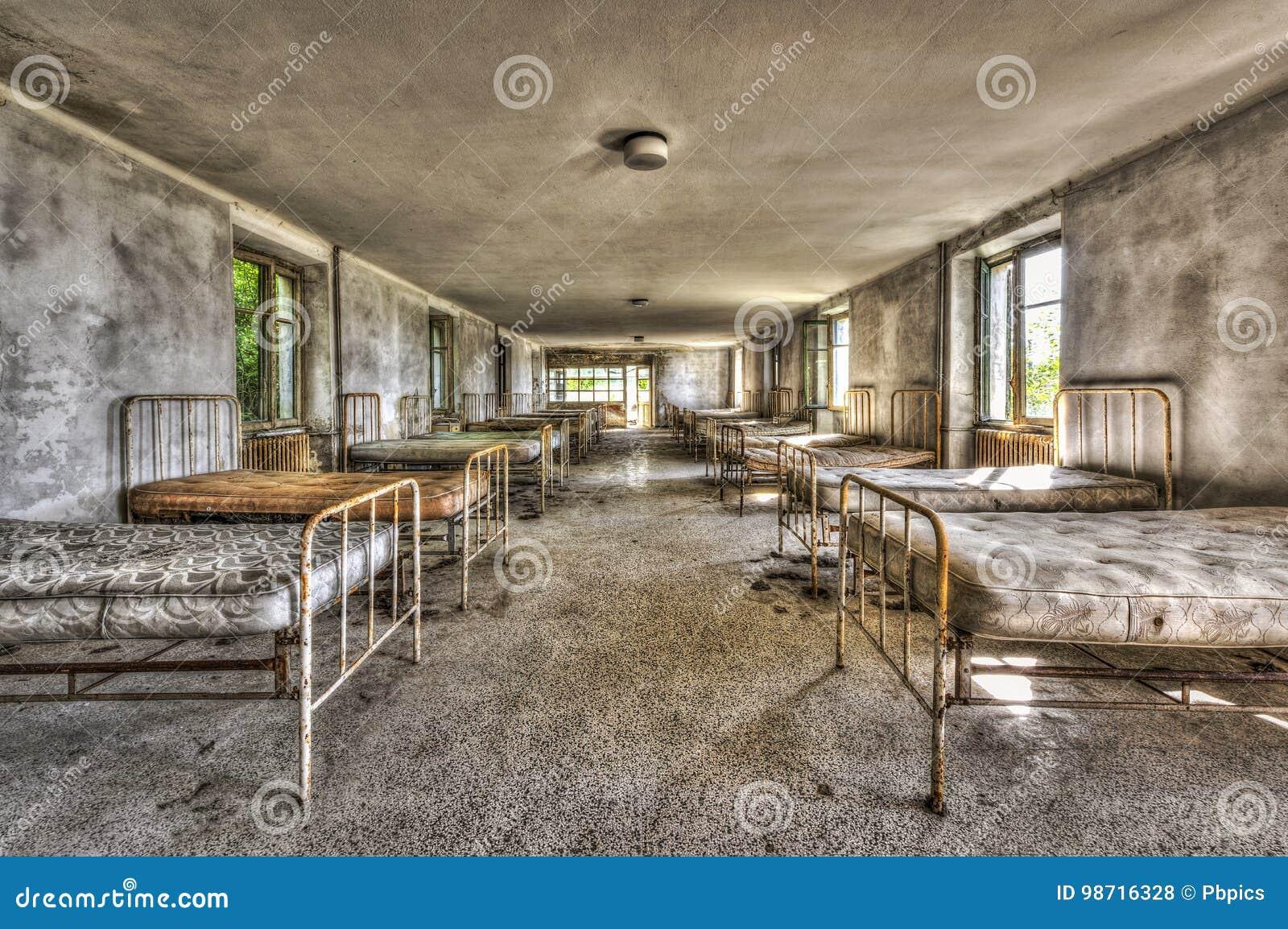 Dilapidated slaapzaal in het verlaten kinderenziekenhuis