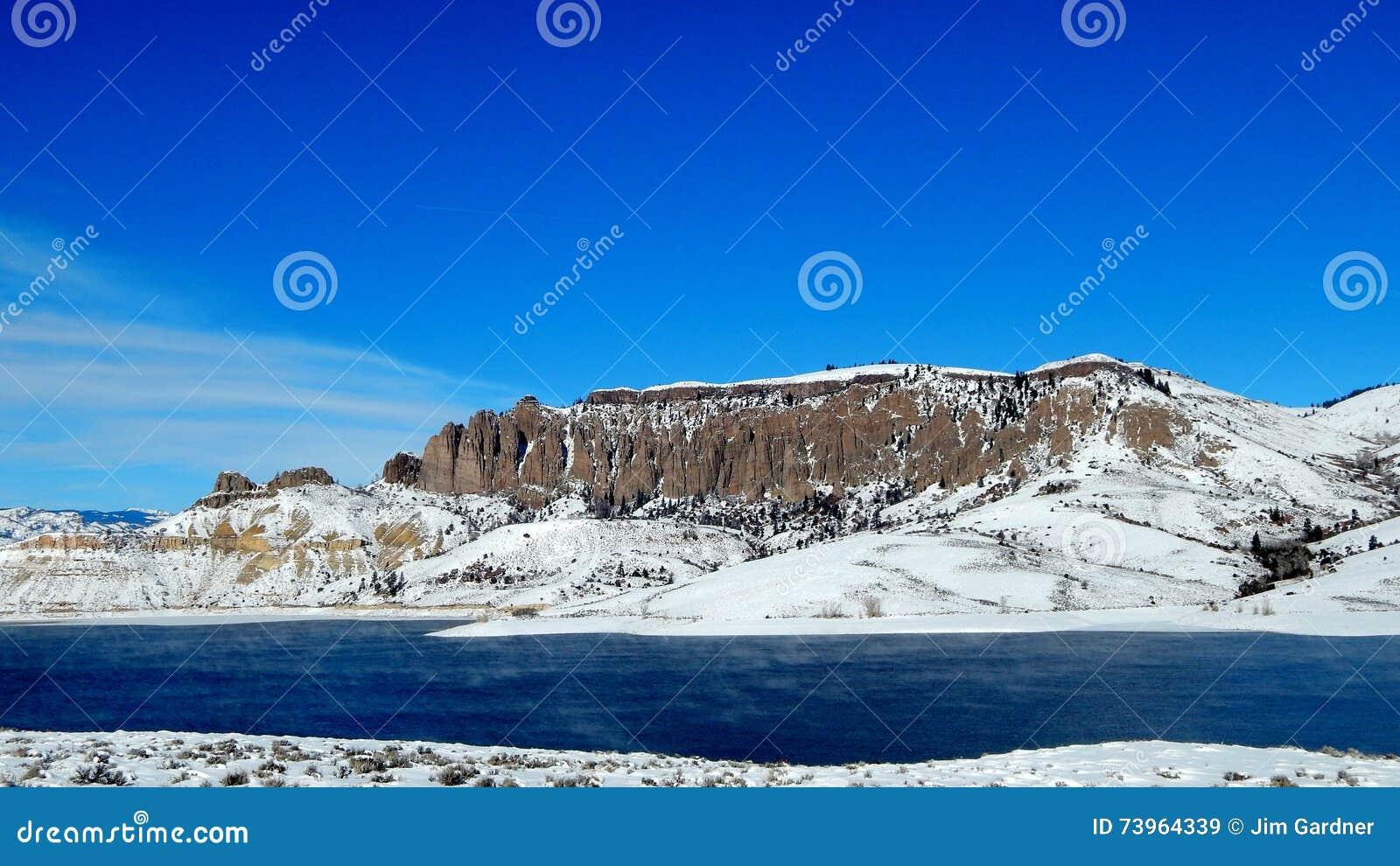 Dillon Pinnacles en Mesa Reservoir azul, Colorado