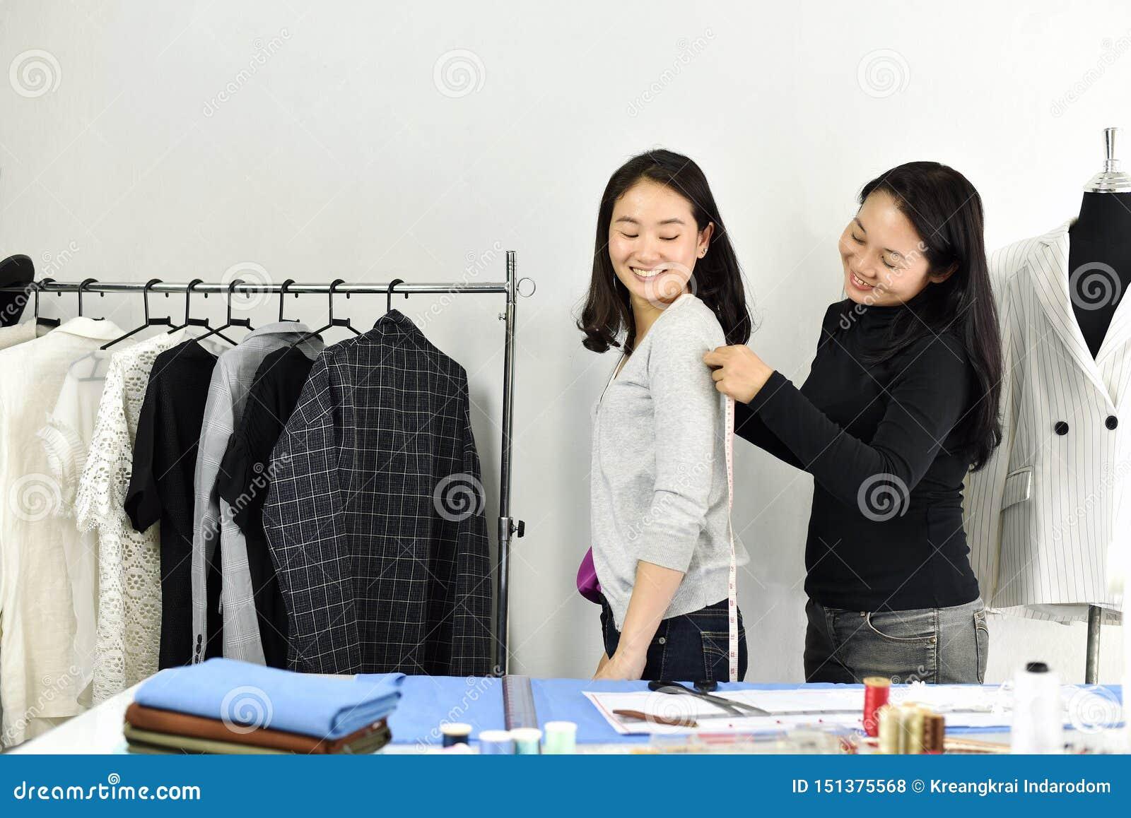 Dimensione corporea del cliente di misure dello stilista con nastro adesivo di misurazione, modello del sarto su misura progettaz
