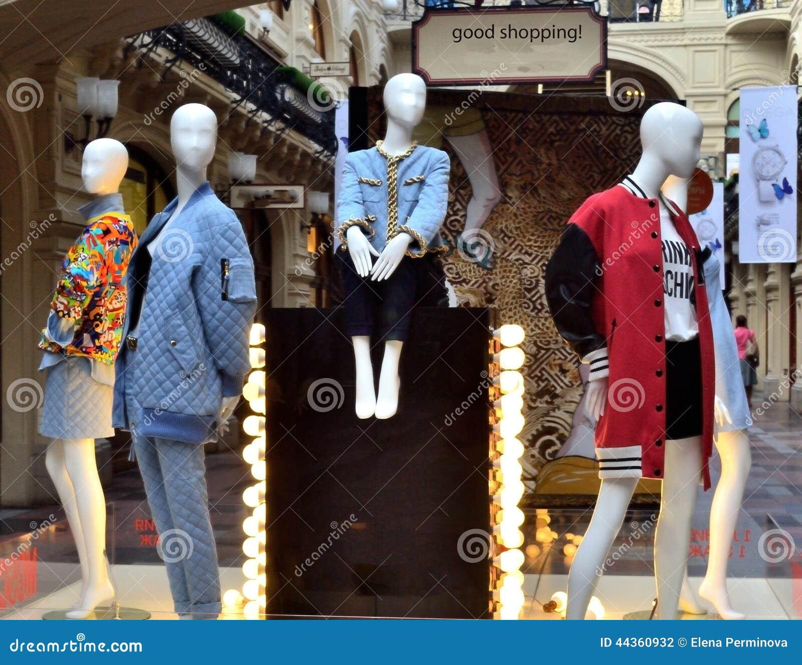 Dimostrazione dei vestiti nello shope