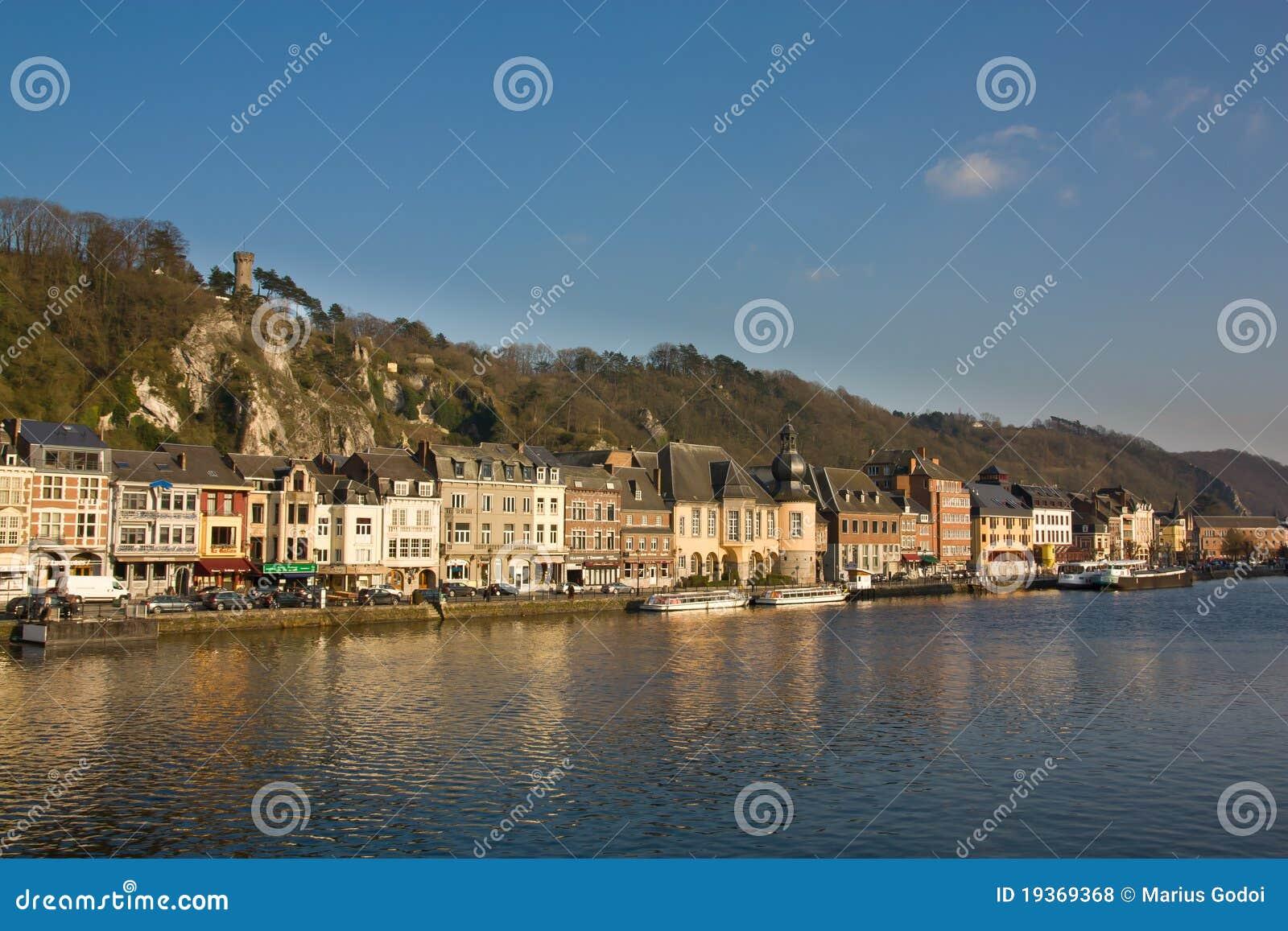 Dinant - a cidade charming no rio de Meuse