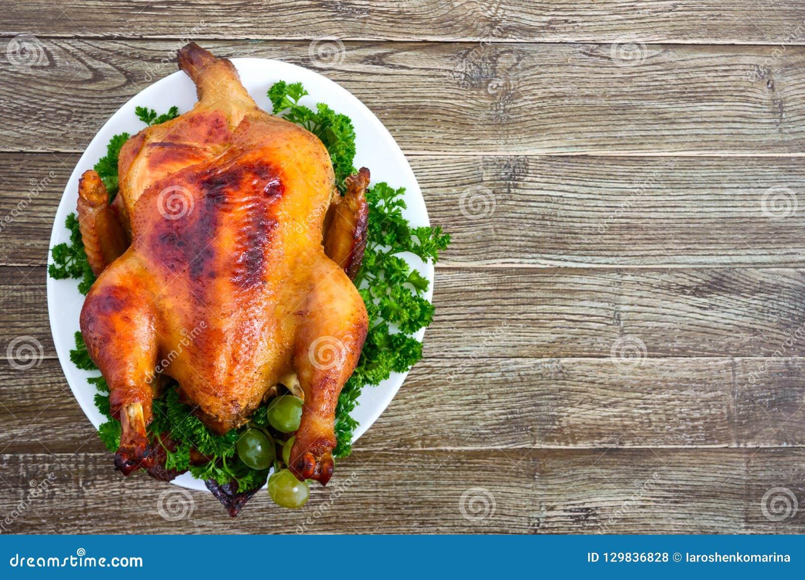 Dinde traditionnelle de plat sur la table de vacances Dîner de fête pour le thanksgiving ou le Noël