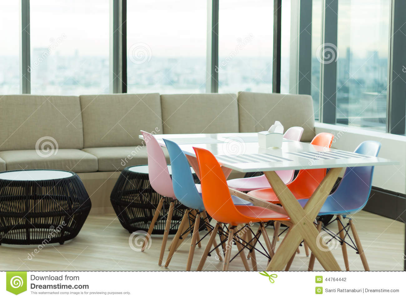 Diner et chaise color e de salon photo stock image 44764442 for Chaises colorees