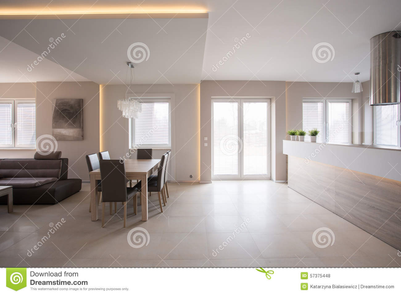 diner l 39 espace dans la maison spacieuse photo stock image 57375448. Black Bedroom Furniture Sets. Home Design Ideas