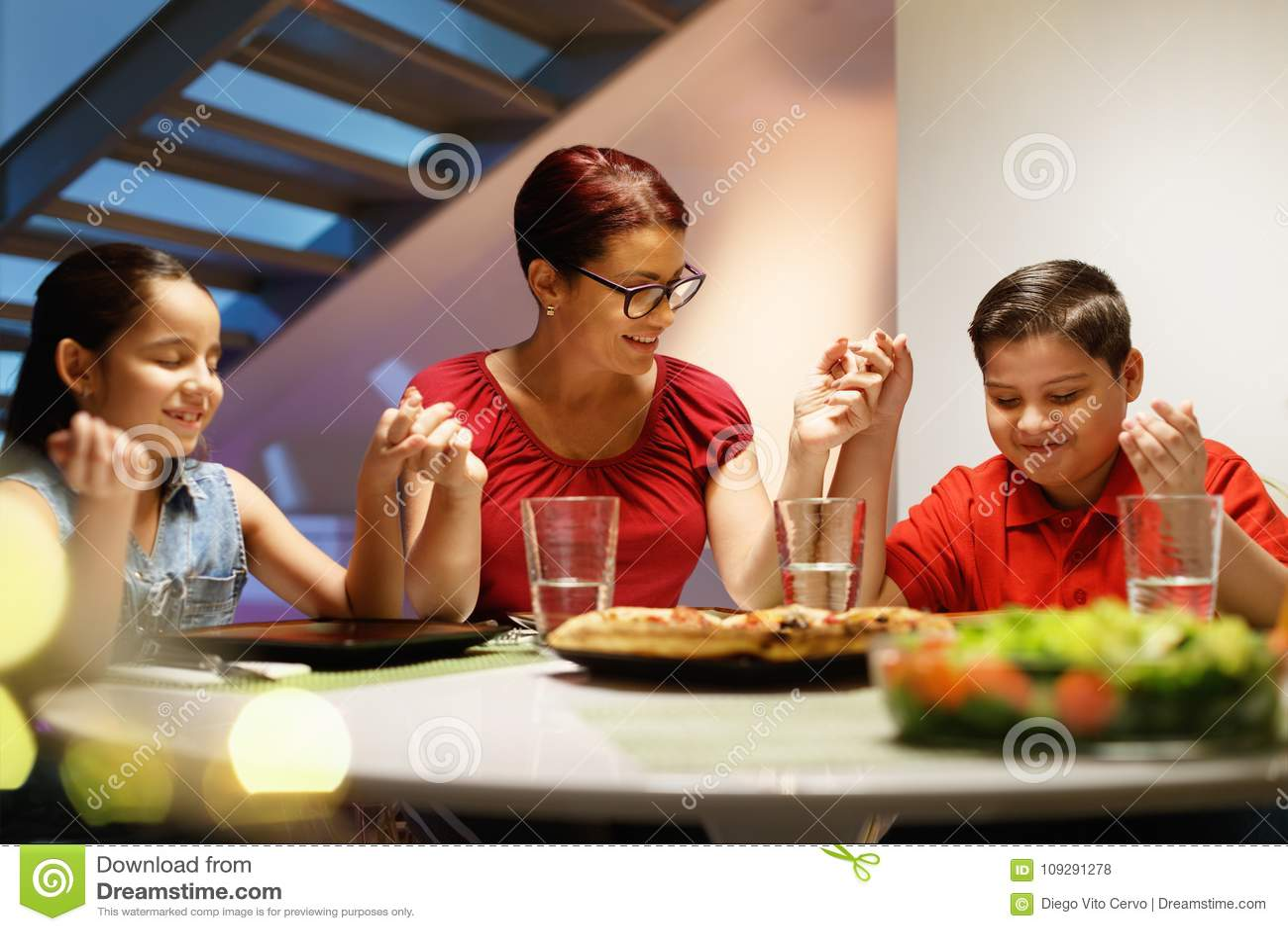 Diner thuis met Gelukkige Familie die alvorens Te eten bidden